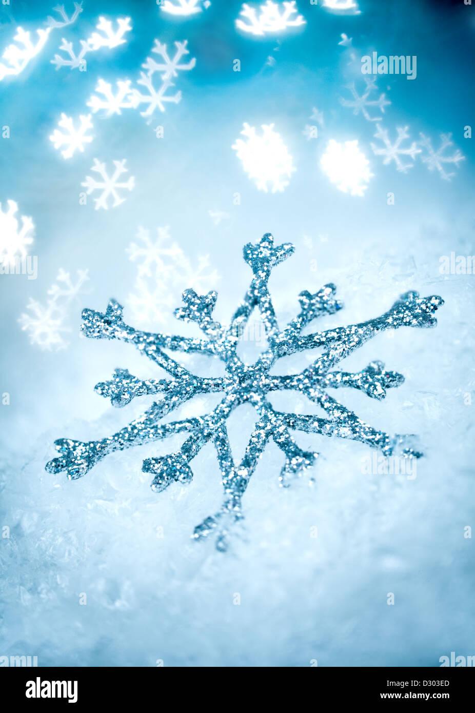 Il simbolo del fiocco di neve su un blu sullo sfondo di vacanza ... Immagini Stock