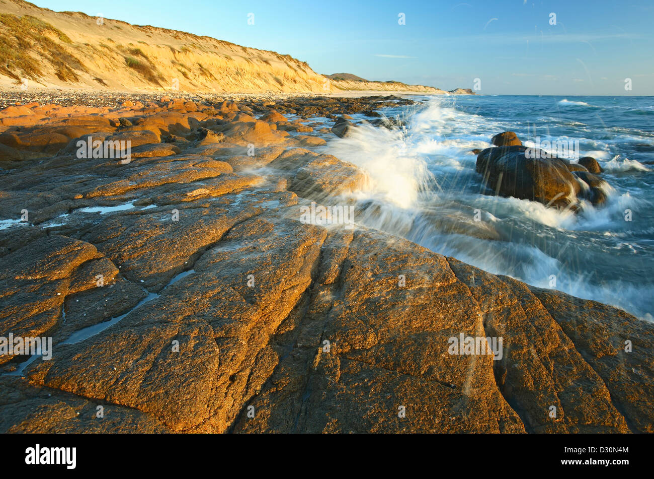 Onde che si infrangono sulle rocce, Cabo Pulmo (sul mare di Cortez), Baja California Sur, Messico Immagini Stock