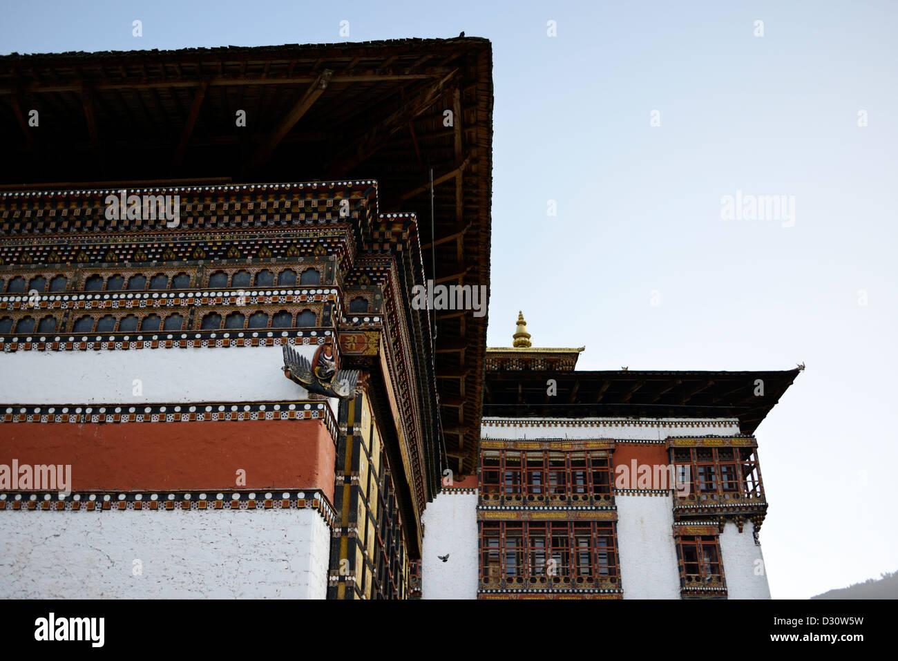 Dettagli architettonici del cortile a Tashi Dzong chodzong,fortezza della gloriosa religione,Bhutan,36MPX Immagini Stock