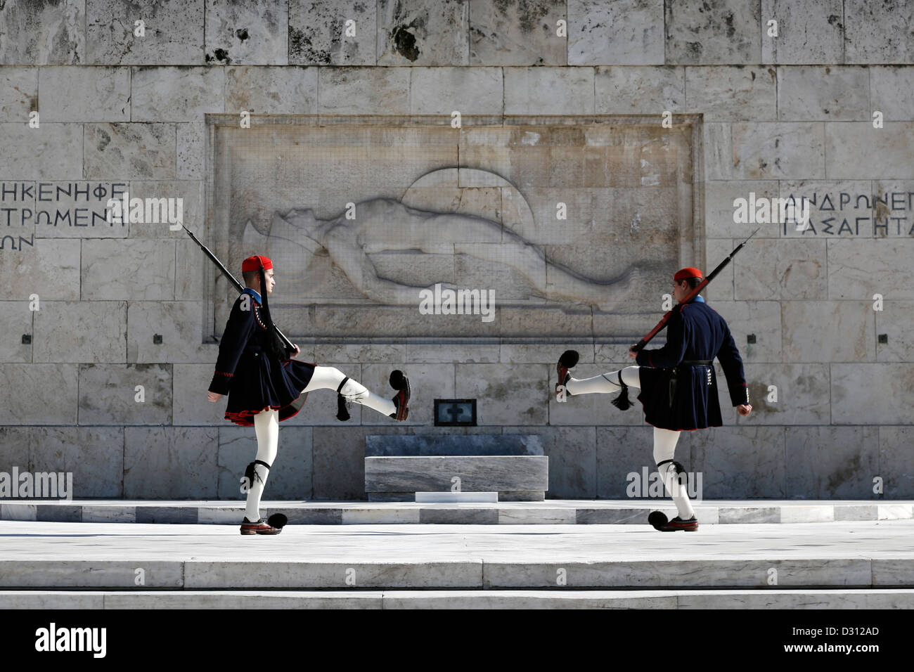 Protezioni presidenziale (Evzones) esecuzione di fronte alla tomba del Milite Ignoto, Atene, Grecia. Foto Stock