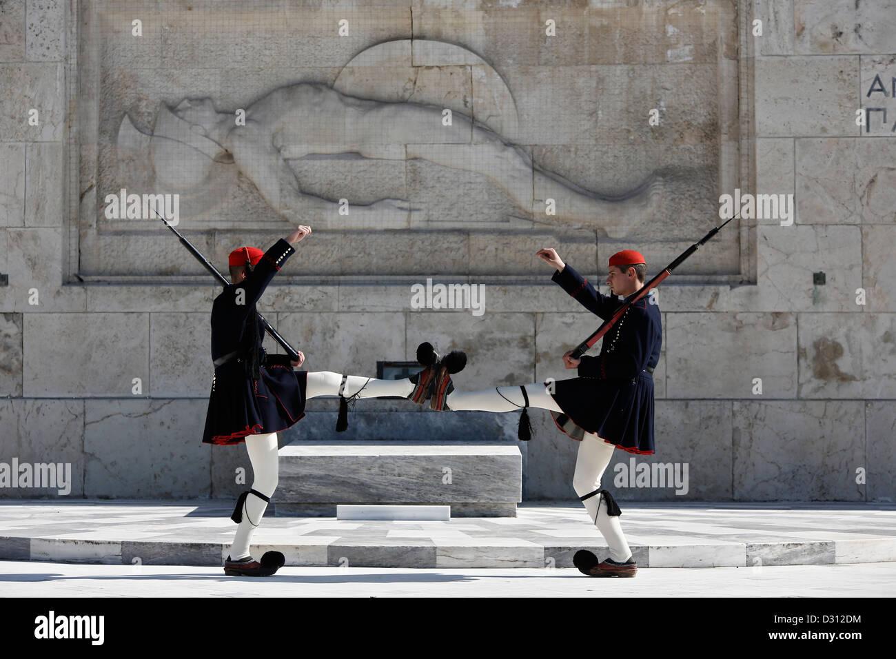 Protezioni presidenziale (Evzones) esecuzione di fronte alla tomba del Milite Ignoto, Atene, Grecia. Immagini Stock