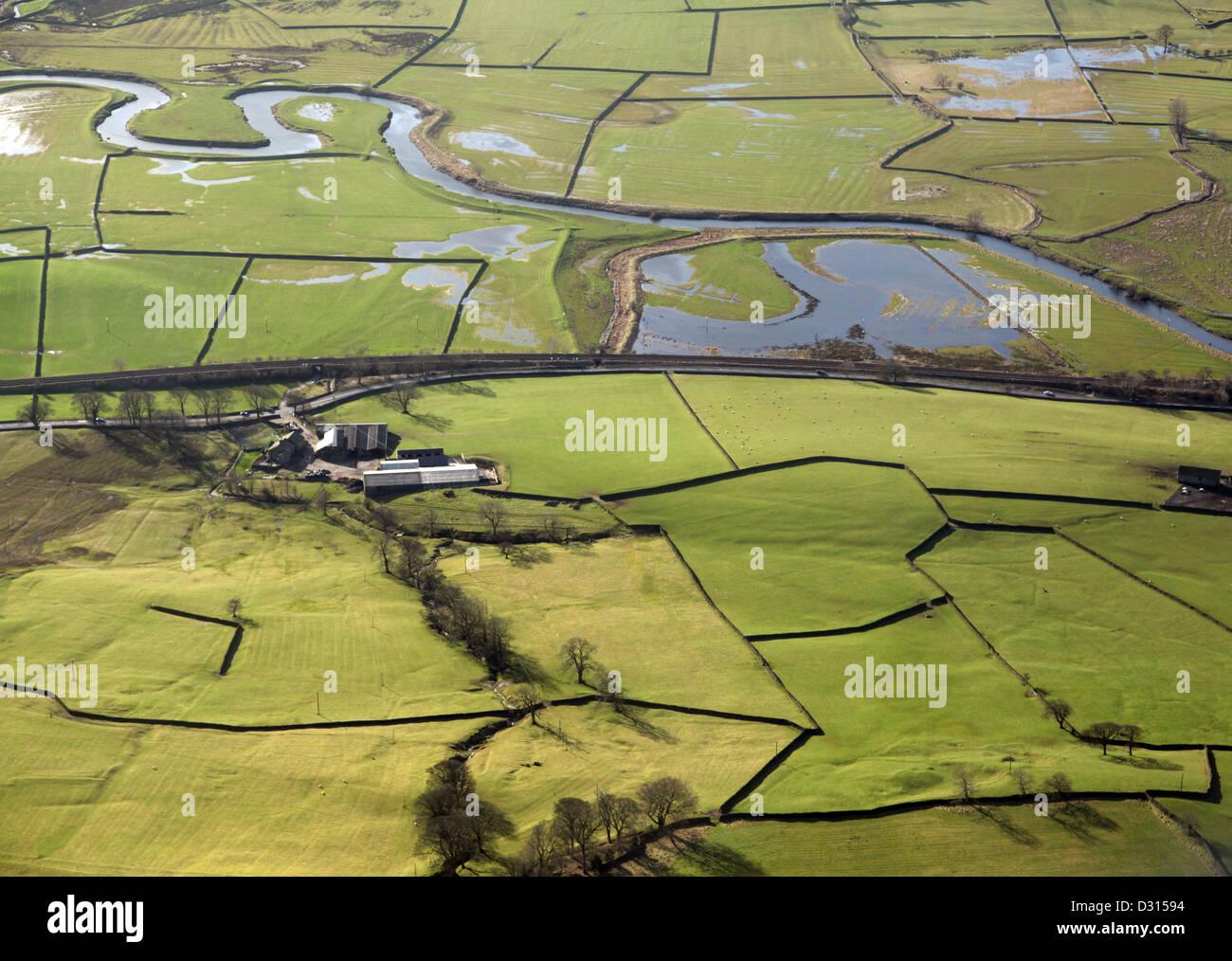 Vista aerea di muri in pietra a secco e il tipico paesaggio inglese Immagini Stock