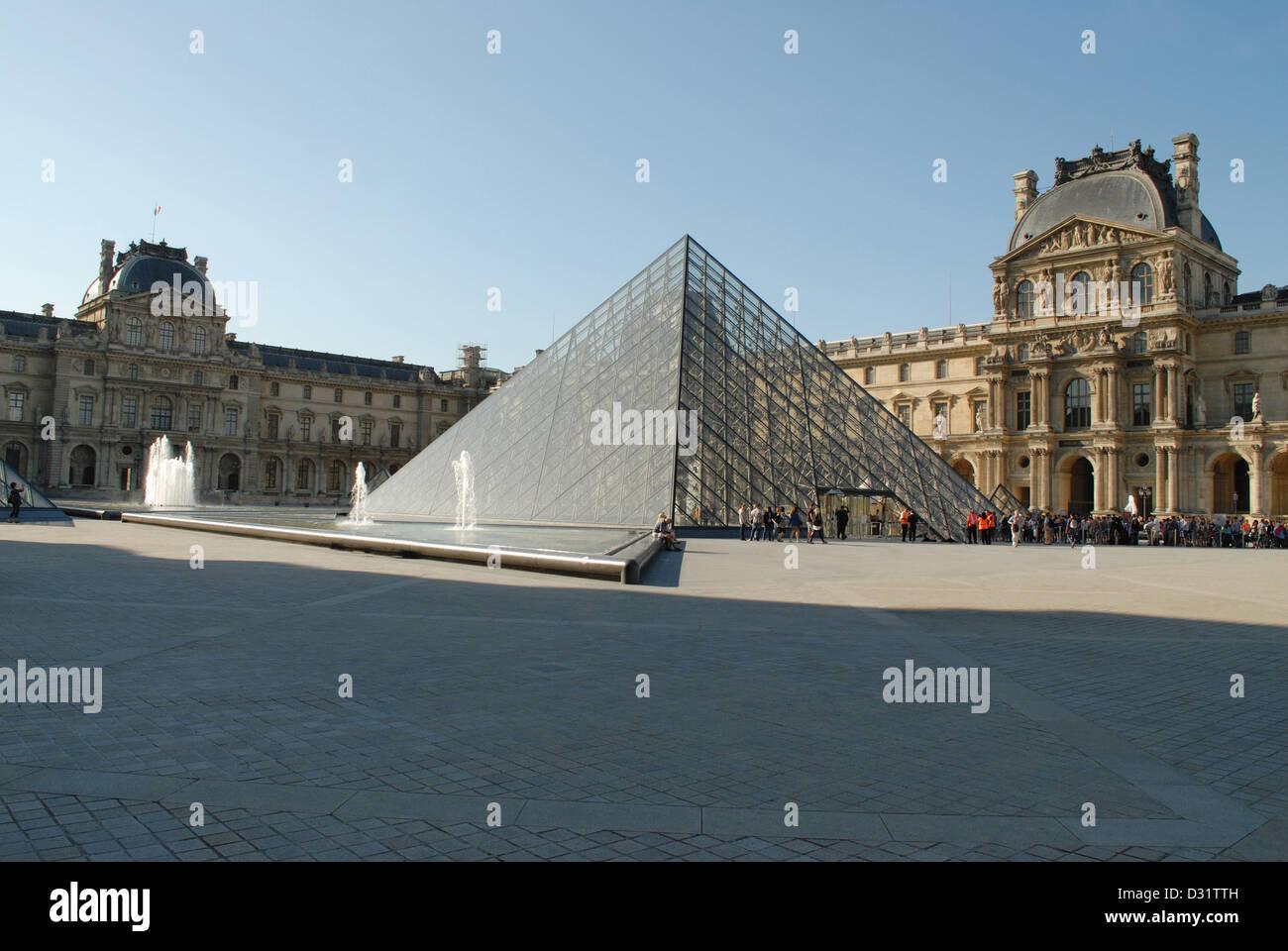La piramide di vetro sopra il museo del Louvre di Parigi, Francia. Foto Stock