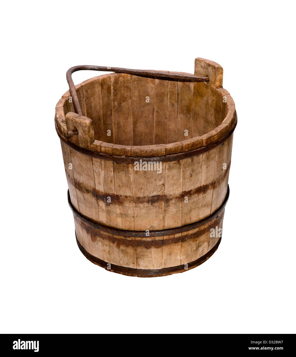 Un vecchio secchio di legno o secchio con la maniglia verso il basso Immagini Stock