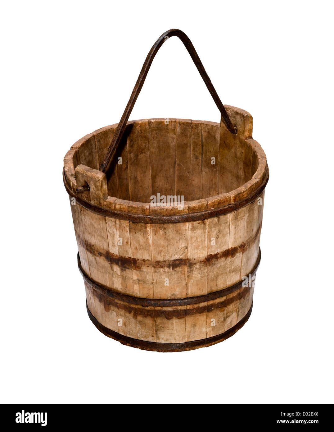 Un vecchio secchio di legno o secchio con la sua maniglia Immagini Stock