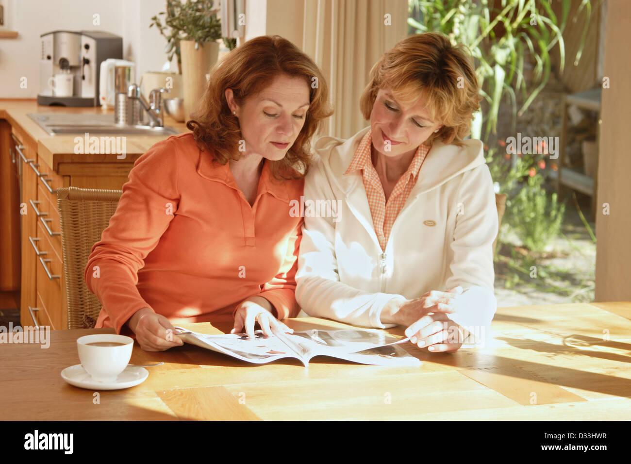 Le donne a sfogliare un catalogo Immagini Stock