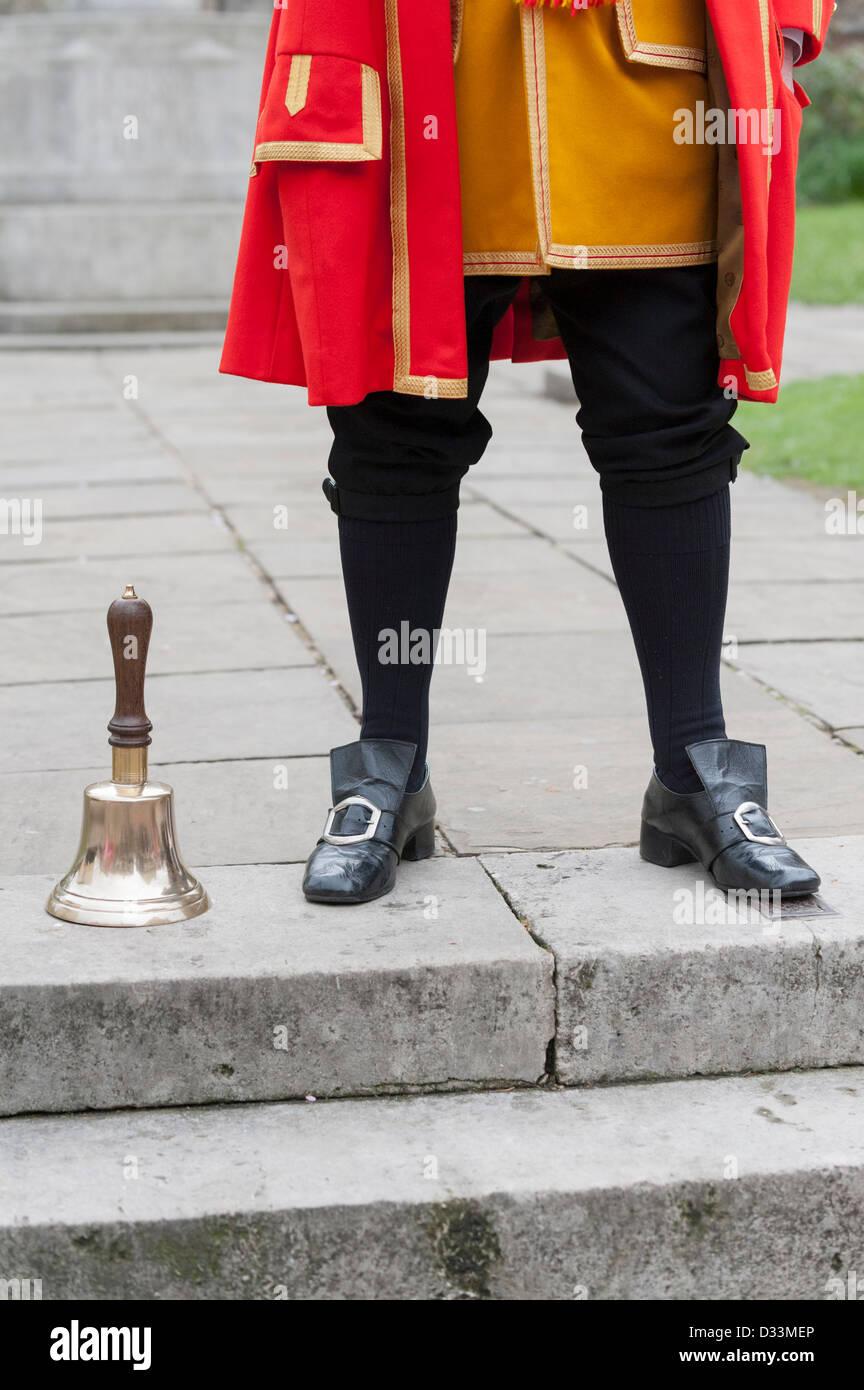 Town Crier di Rochester nel Kent con la sua bell, Rochester, Kent, Regno Unito Immagini Stock