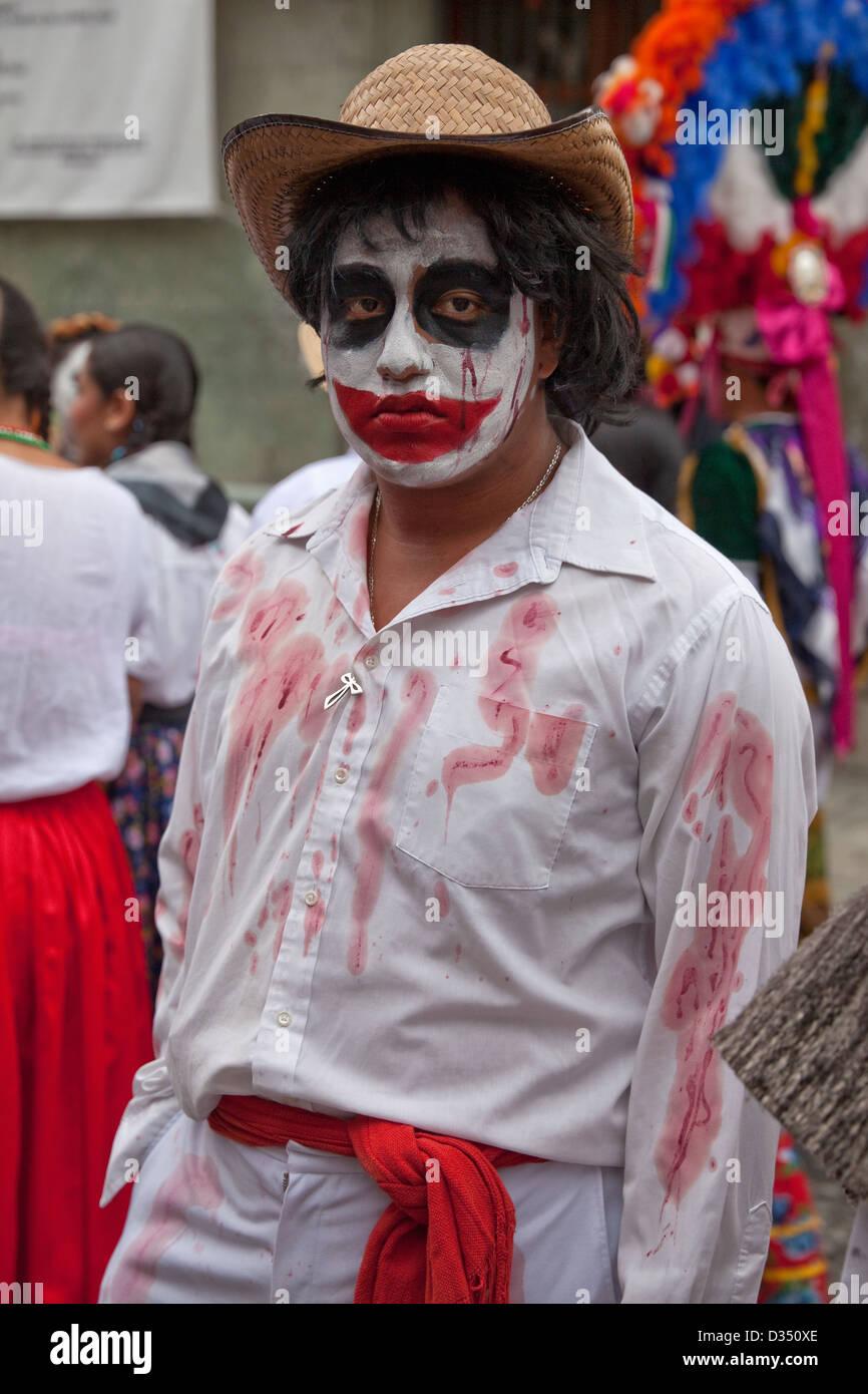 Il giorno dei morti partecipante al festival in finto-sangue-spruzzato sulle costume in Oaxaca, Messico. Immagini Stock