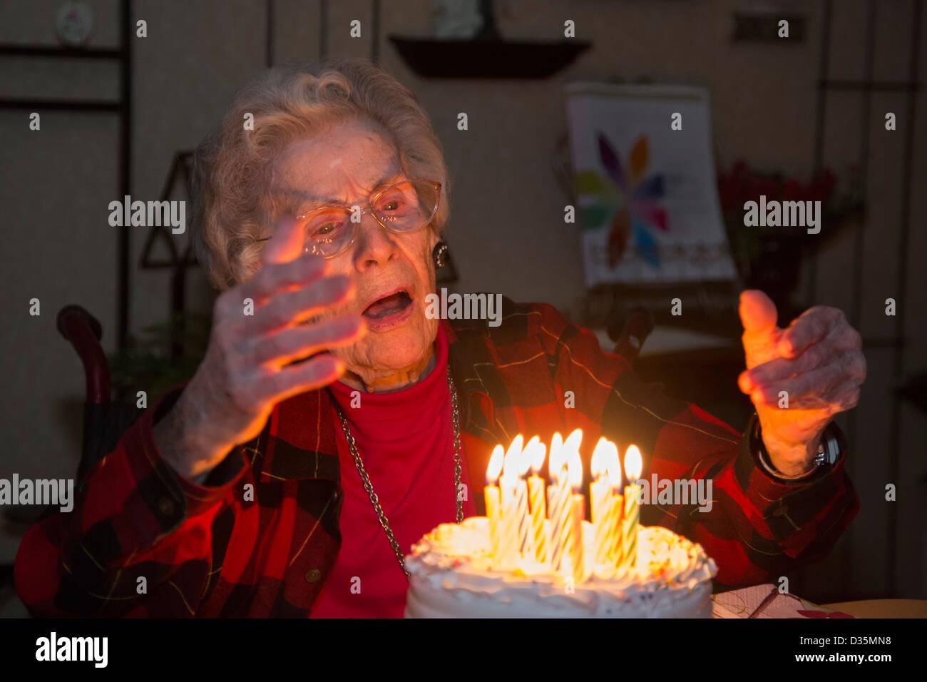 Sterling Heights, Michigan - Dorothy Newell celebra il suo 99° compleanno. Immagini Stock