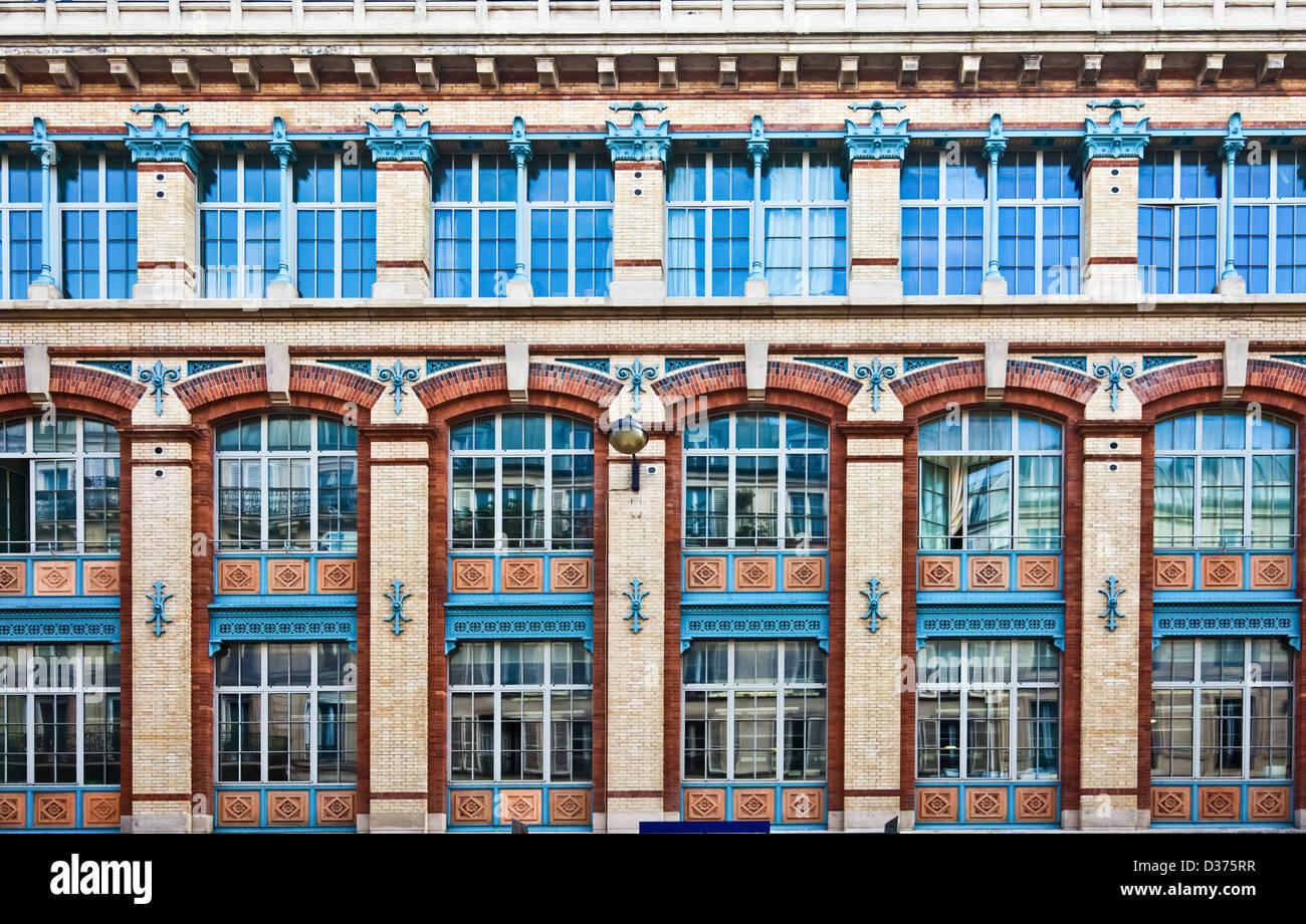 Ripetizione di modello di architettura di finestre di grandi dimensioni incassata in una parete. Immagini Stock