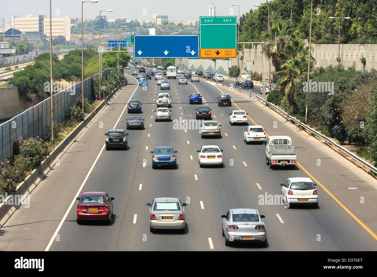 Il flusso di traffico su autostrada durante le ore di punta a Tel Aviv, Israele. Immagini Stock