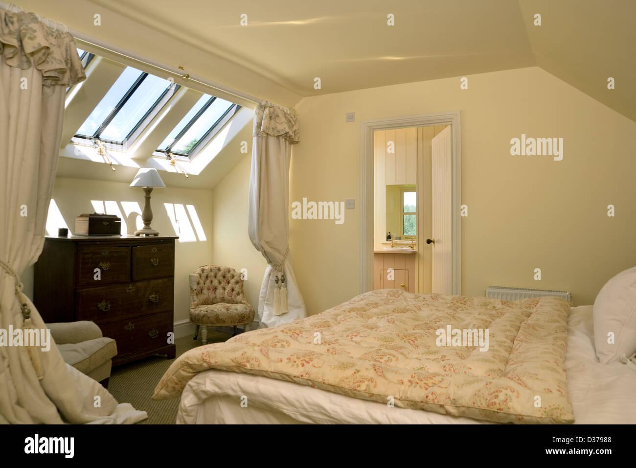 Una camera da letto mansarda con finestre Velux Foto & Immagine ...