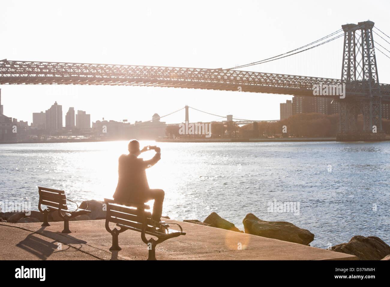 Uomo di scattare le foto del ponte urbano Immagini Stock
