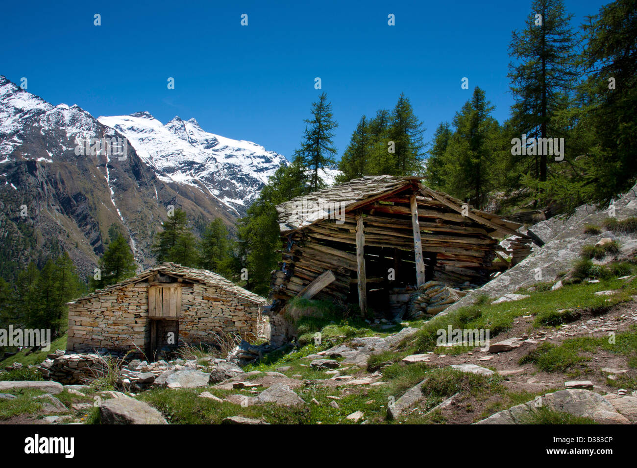 Il legno vecchio e masi di pietra nel Parco Nazionale del Gran Paradiso, tra Piemonte e Valle d'Aosta, Graian Immagini Stock