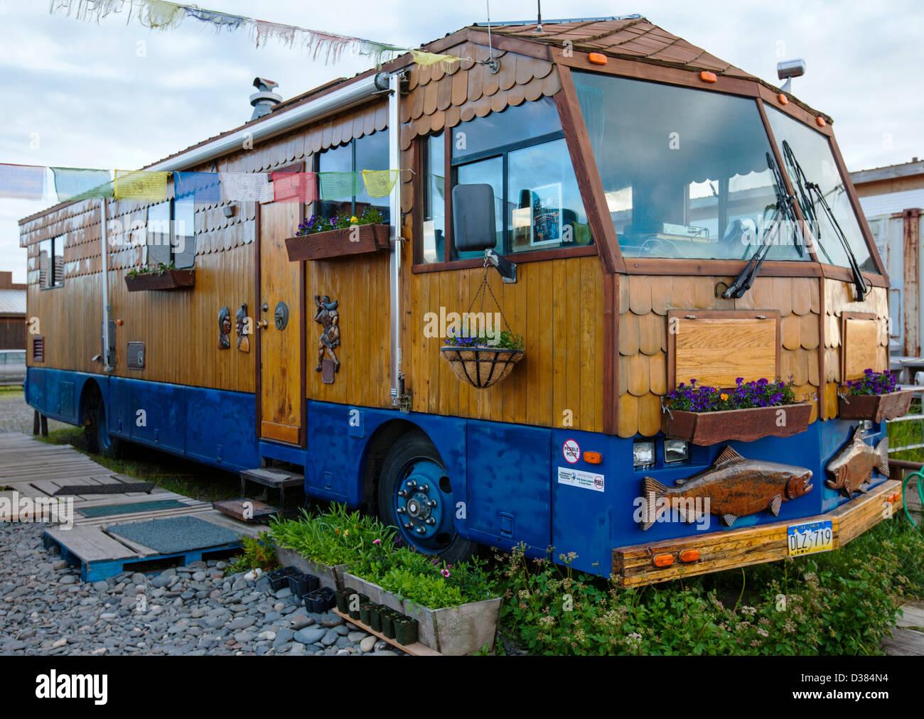 Residente di Homer Spit vive in un custom veicolo per attività ricreative, Omero, Alaska, STATI UNITI D'AMERICA Immagini Stock
