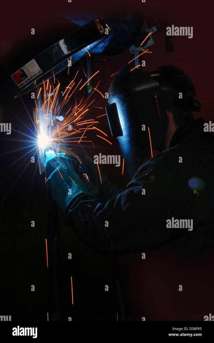 Uomo di saldatura, fabbricazione, costruzione, creazione, scintille, pericolo di recessione, engineering, rendendo, Immagini Stock