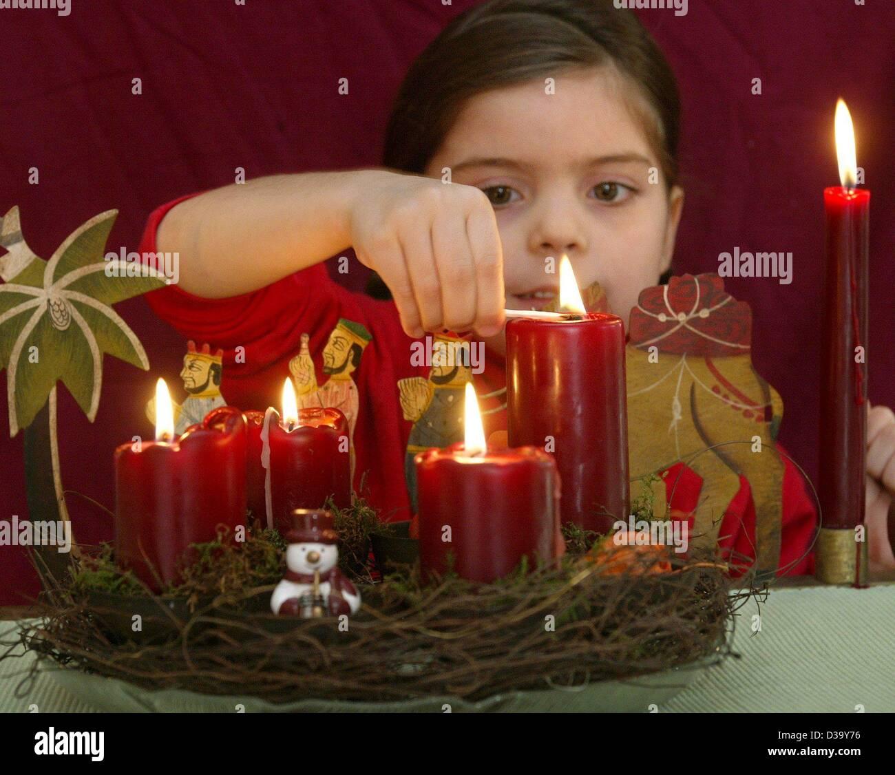 Il sei-anno-vecchio Hanna luci la quarta candela di una corona di Avvento 0bebdc32b3