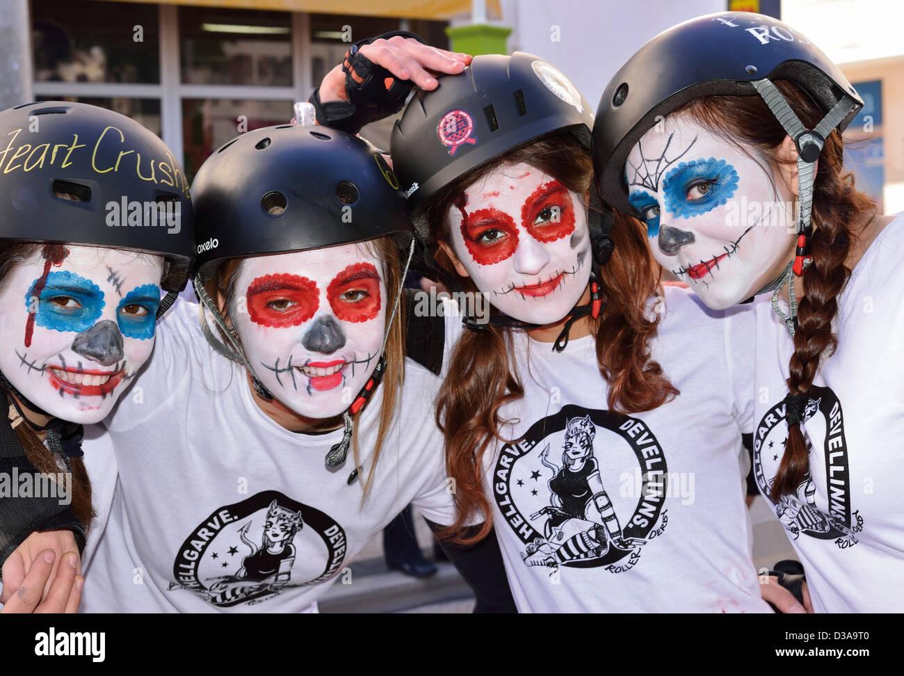 Il Portogallo, Algarve. Le ragazze del gruppo di skater 'Hellgarve Devellinns' alla sfilata di carnevale Immagini Stock