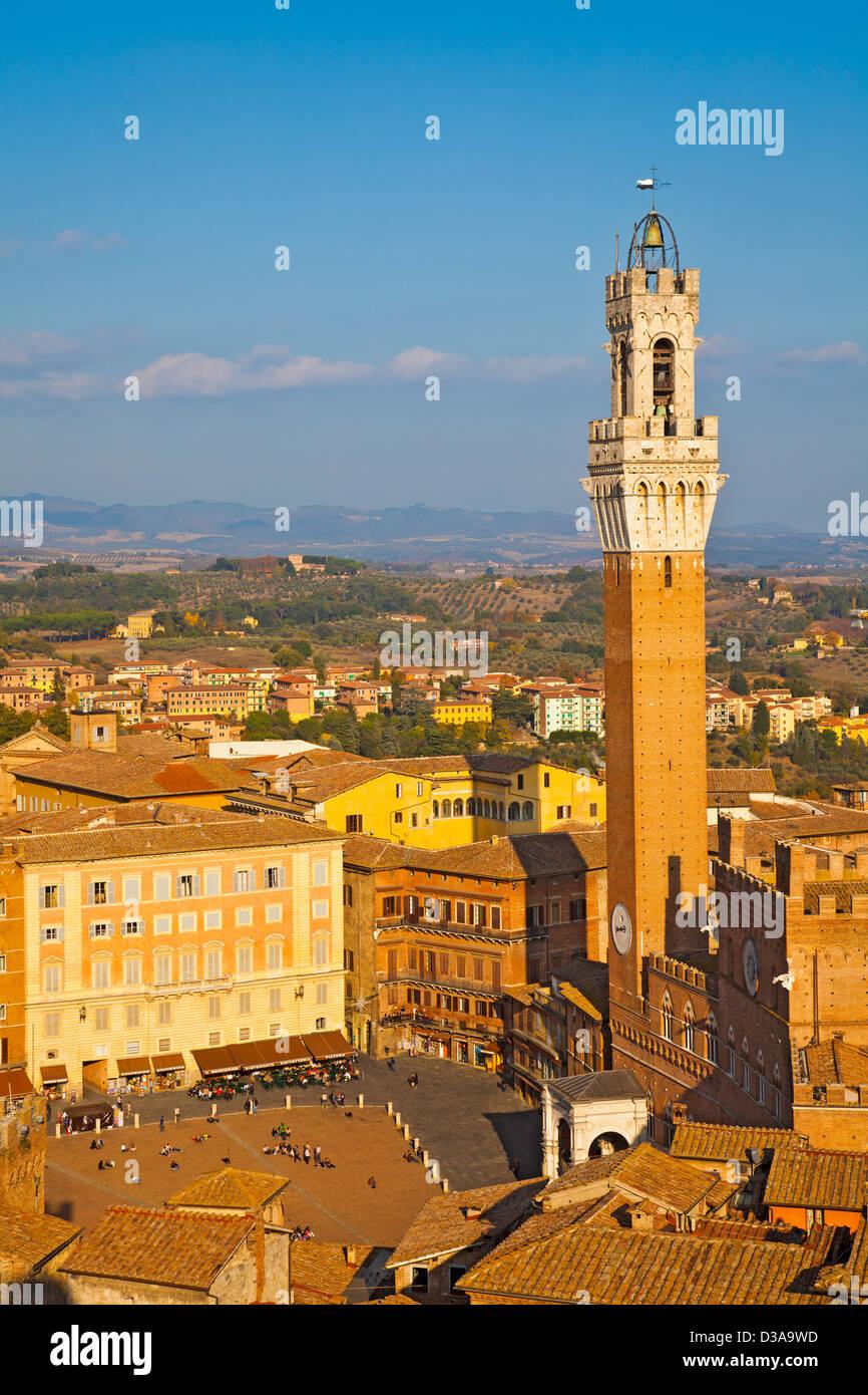 Vista in elevazione di Siena; Torre del Mangia e la Piazza del Campo, dove la gente del posto e i turisti rilassarsi Immagini Stock