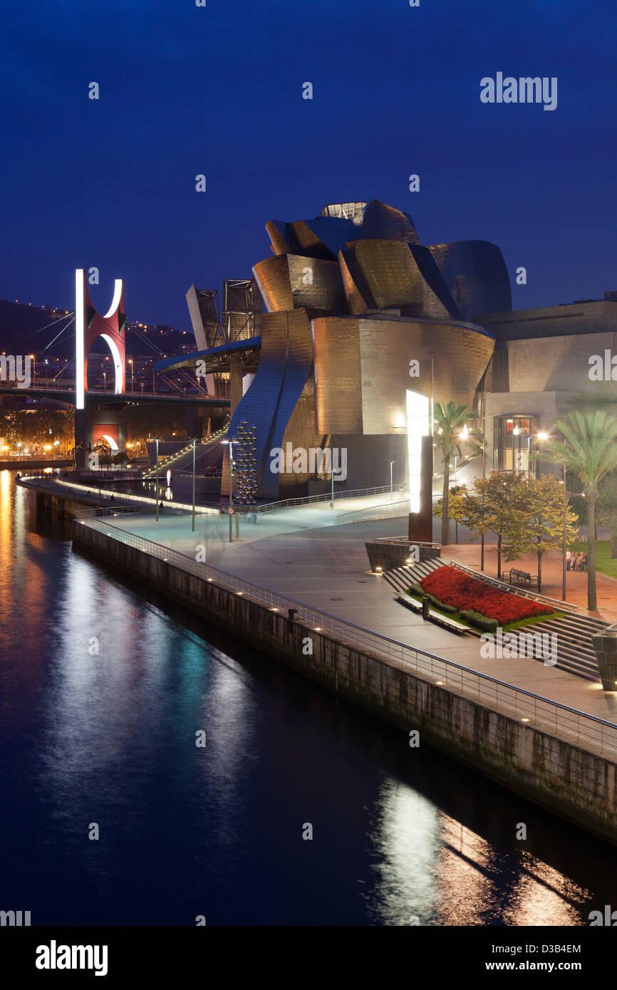 Il Museo Guggenheim di notte, Bilbao, Biscaglia, Spagna, paese basco. Foto Stock