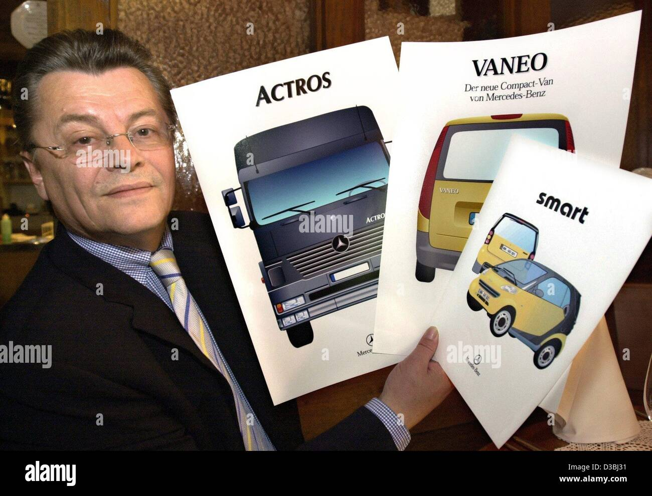(Dpa) - nome della marca inventore Manfred Gotta mostra i disegni di tre delle vetture per la quale egli ha trovato Immagini Stock