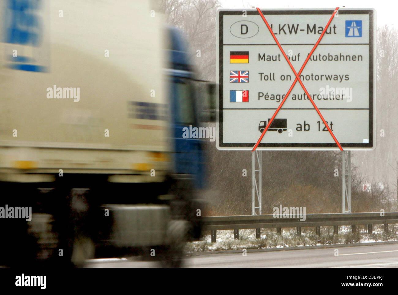 (Dpa) - un carrello passa un non ancora valido segno per quanto riguarda il pedaggio autostradale per autocarri Immagini Stock