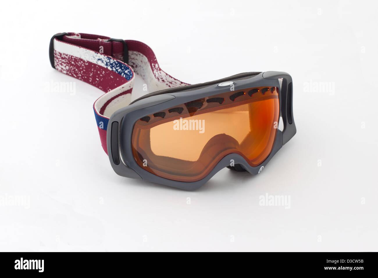 In prossimità di un paio di occhiali da sci contro uno sfondo bianco Immagini Stock