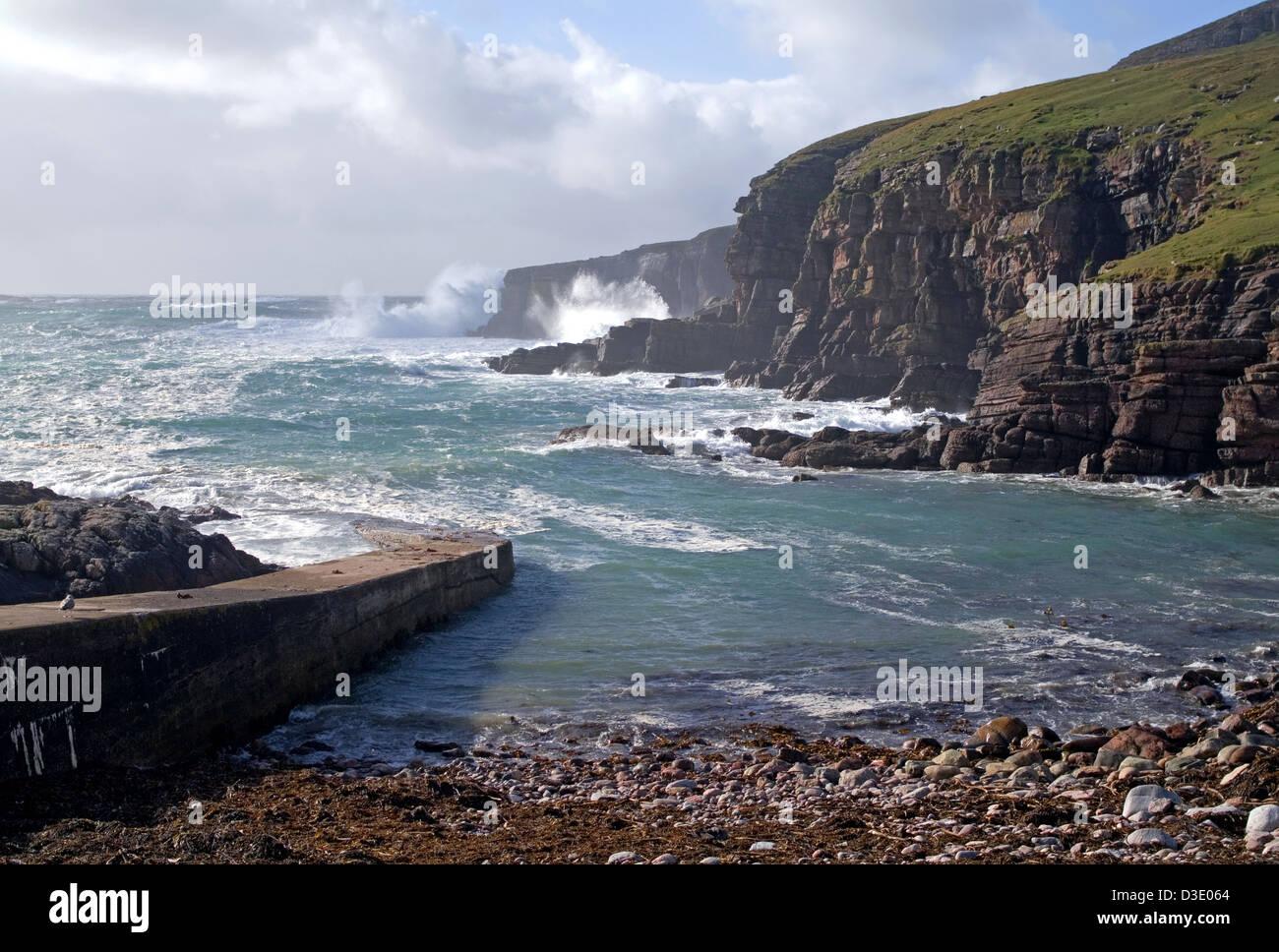 Mare mosso al porto Chaligaig, da Droman vicino Kinlochbervie, Northwest Sutherland, altipiani, Scotland Regno Unito Foto Stock