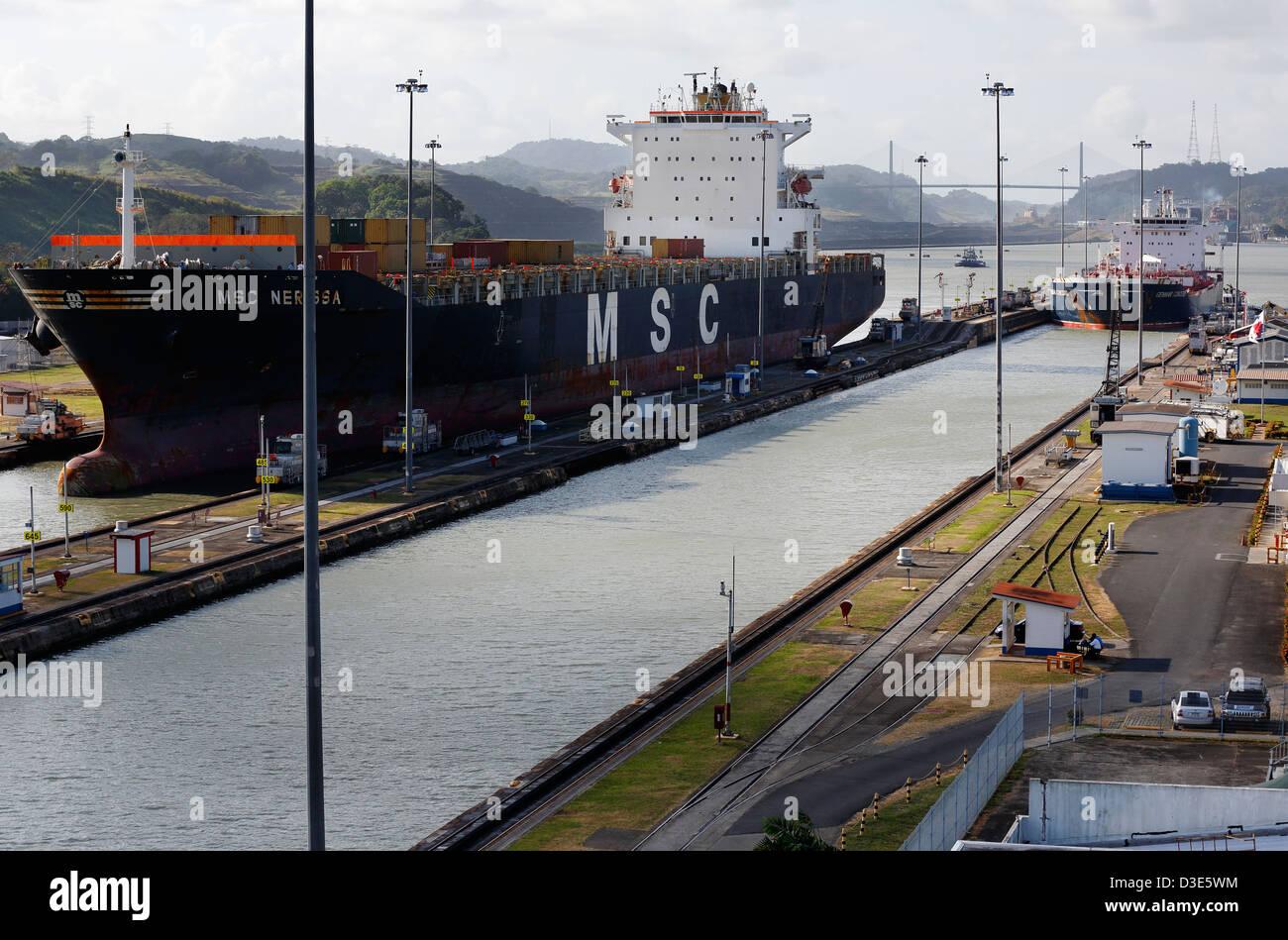 Navi che entrano Miraflores Locks sul Canale di Panama Immagini Stock