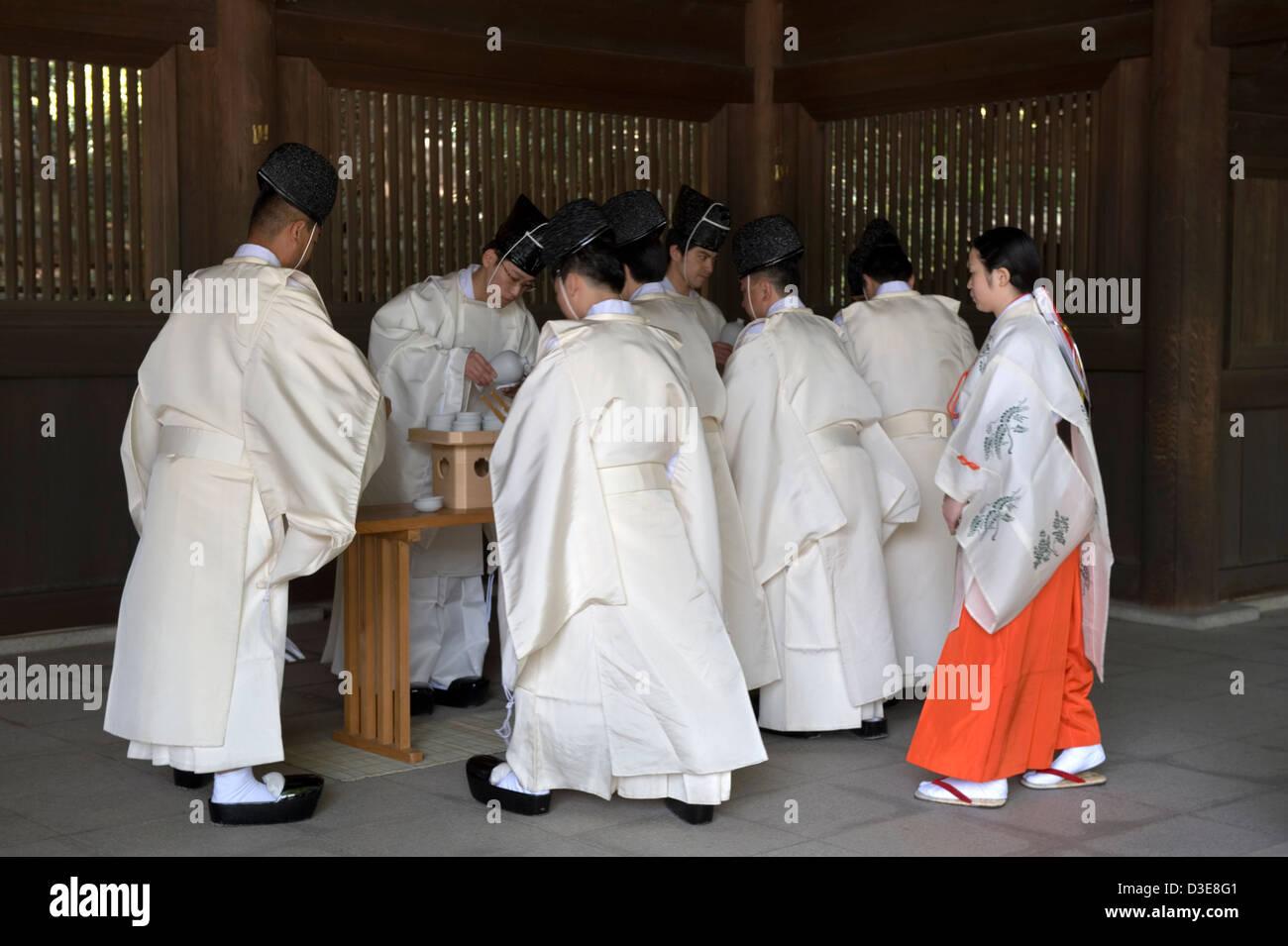 Lo Shintoismo sacerdoti e una miko fanciulla in abito rosso