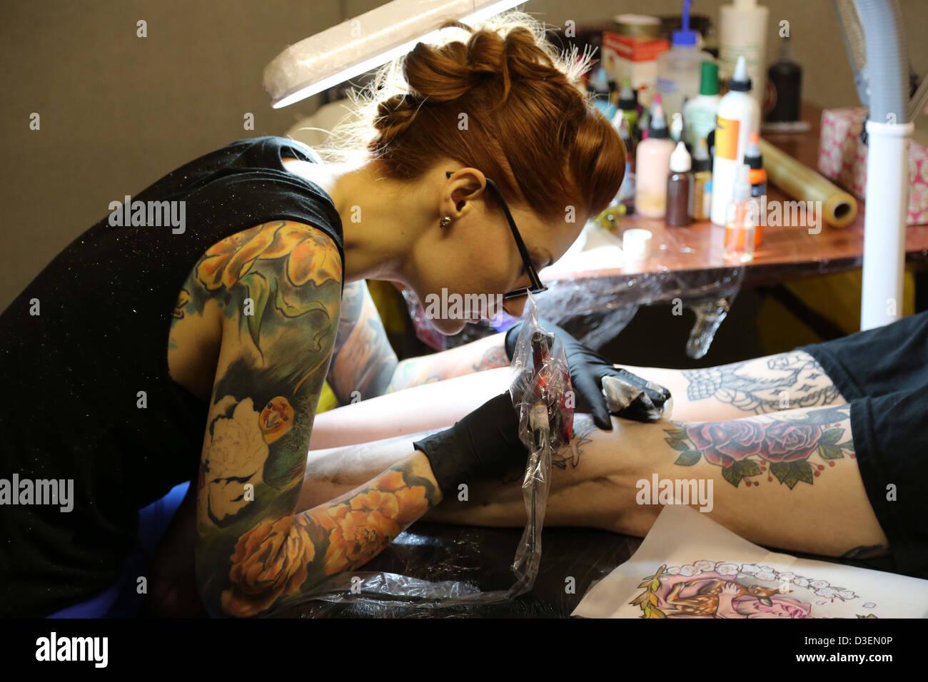Tatuaggio artista al lavoro Foto Stock