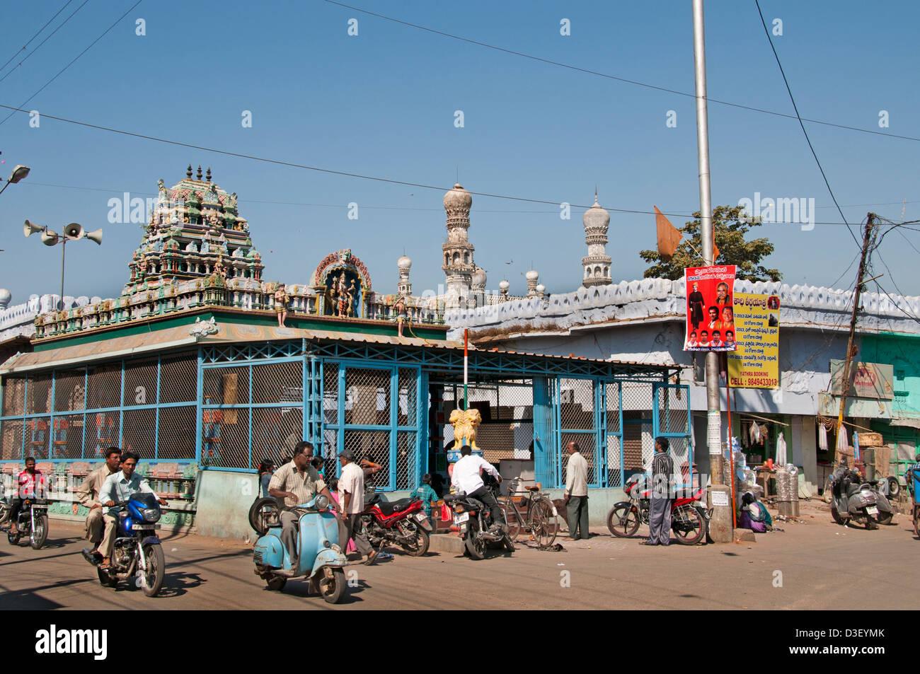 Moschea bazar e il Mercato di strada a nord del fiume Musi Hyderabad India Andhra Pradesh Immagini Stock