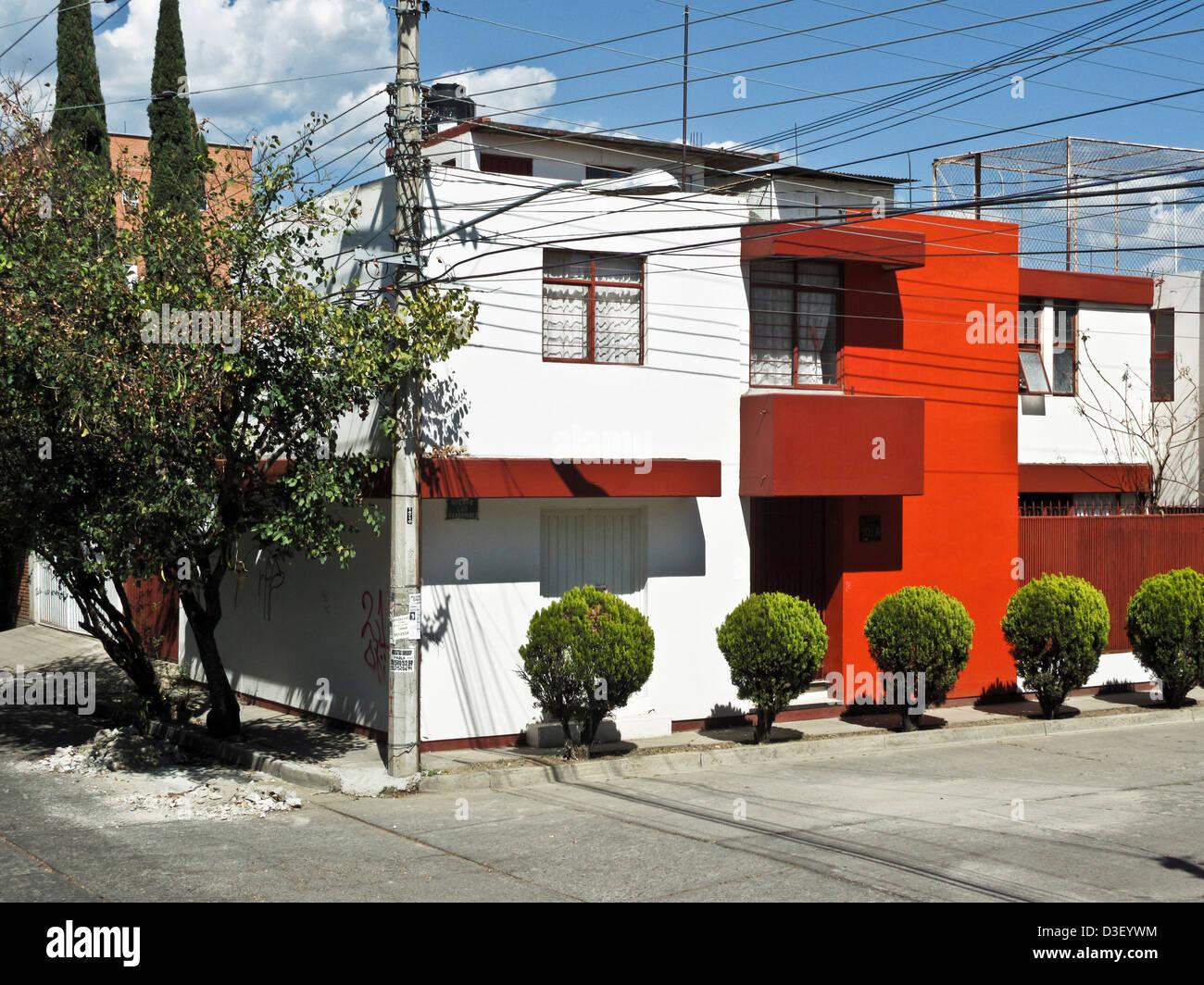 Sorprendente cubo dipinte di bianco intonaco esterno della casa moderna con particolari rossi muri in zona residenziale Immagini Stock
