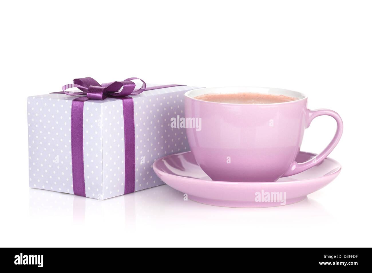 Viola tazza di caffè e confezione regalo con fiocco. Isolato su sfondo bianco Immagini Stock