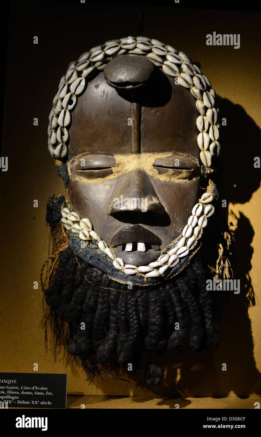 Arte Tribale o maschera dalla Costa d Avorio di fibra di legno di denti gusci di ferro fine XIX secolo c mendicare Immagini Stock