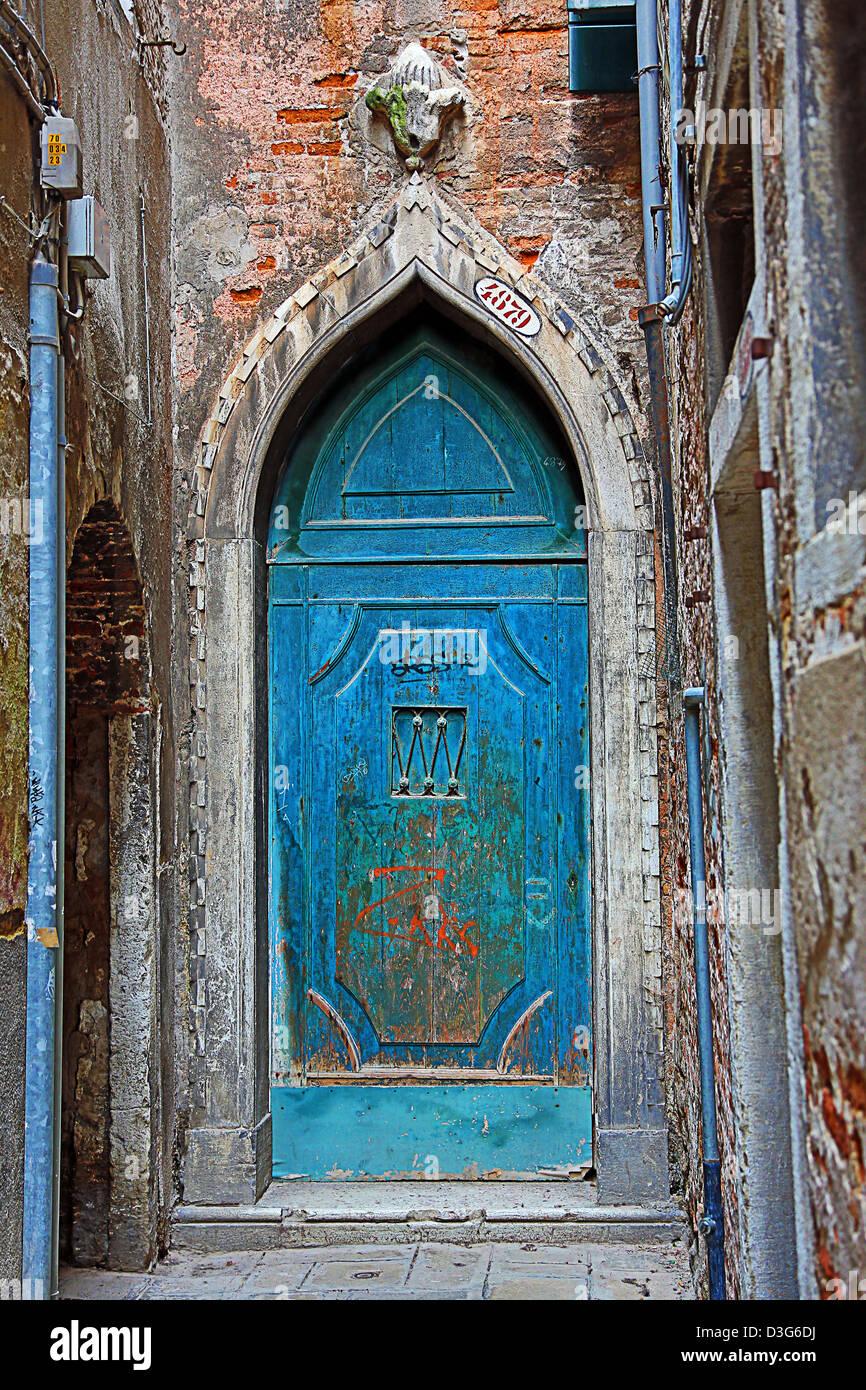 Vecchio Blu porta in un muro di pietra a Venezia, Italia Immagini Stock
