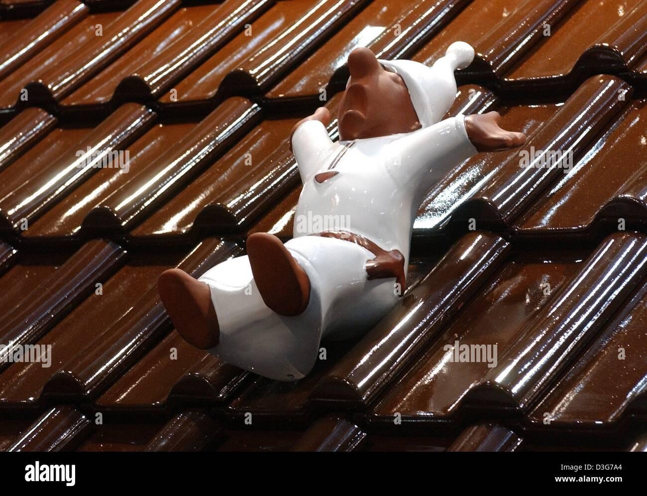 Dpa un sleepyhead figura fatta da argilla giace su un tetto di