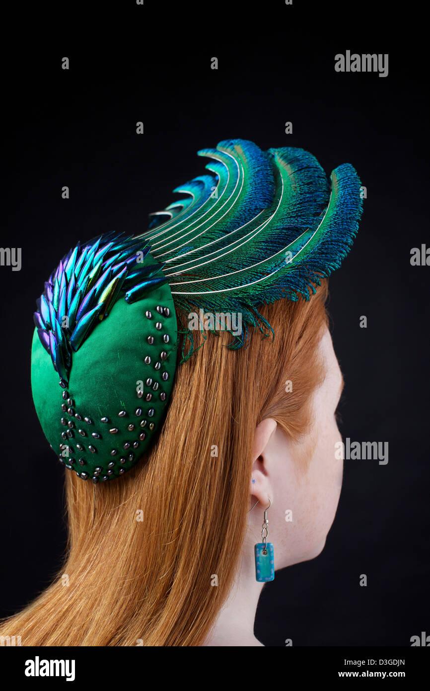 Un organico hat modellato su una rossa. A mano da Catherine Povey Milinery, Llandeilo, Carmarthenshire. Immagini Stock