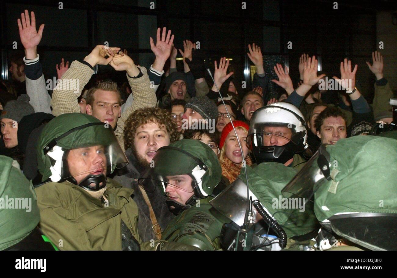 (Dpa) - Gli studenti che avevano espugnato il DOCUP partito sede alzare le loro mani nude per mostrare alla polizia Immagini Stock