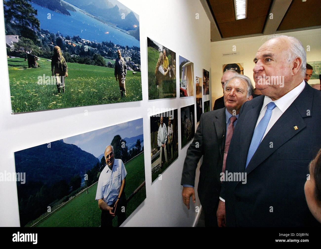 (Dpa) - ex cancelliere Helmut Kohl (R) e Helmut R. Schulz (L) guarda le foto di lui e sua moglie durante una mostra Immagini Stock