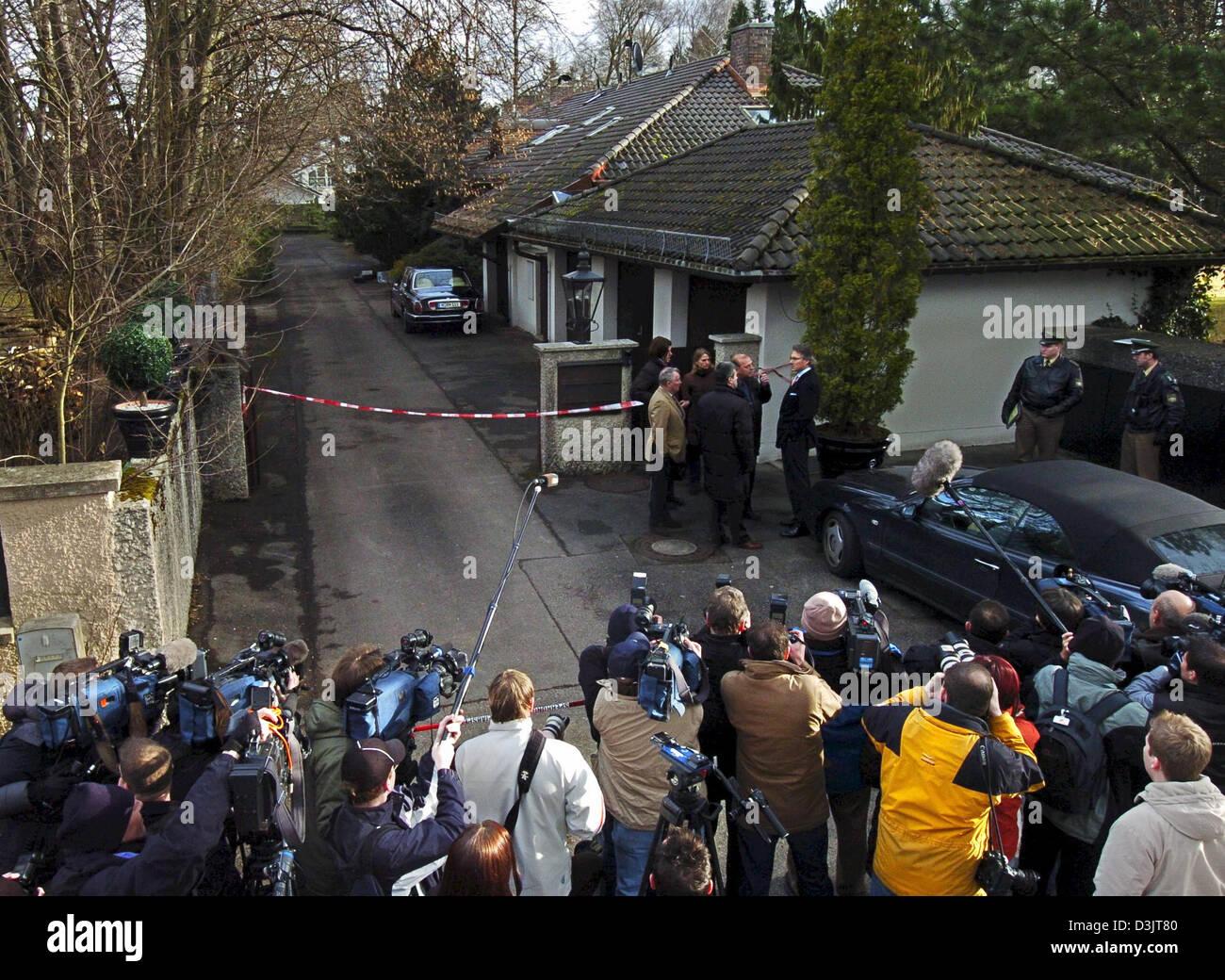 (Dpa) - Numerosi giornalisti attendere di fronte al palazzo del fashion designer Rudolph Moshammer che è stato Immagini Stock