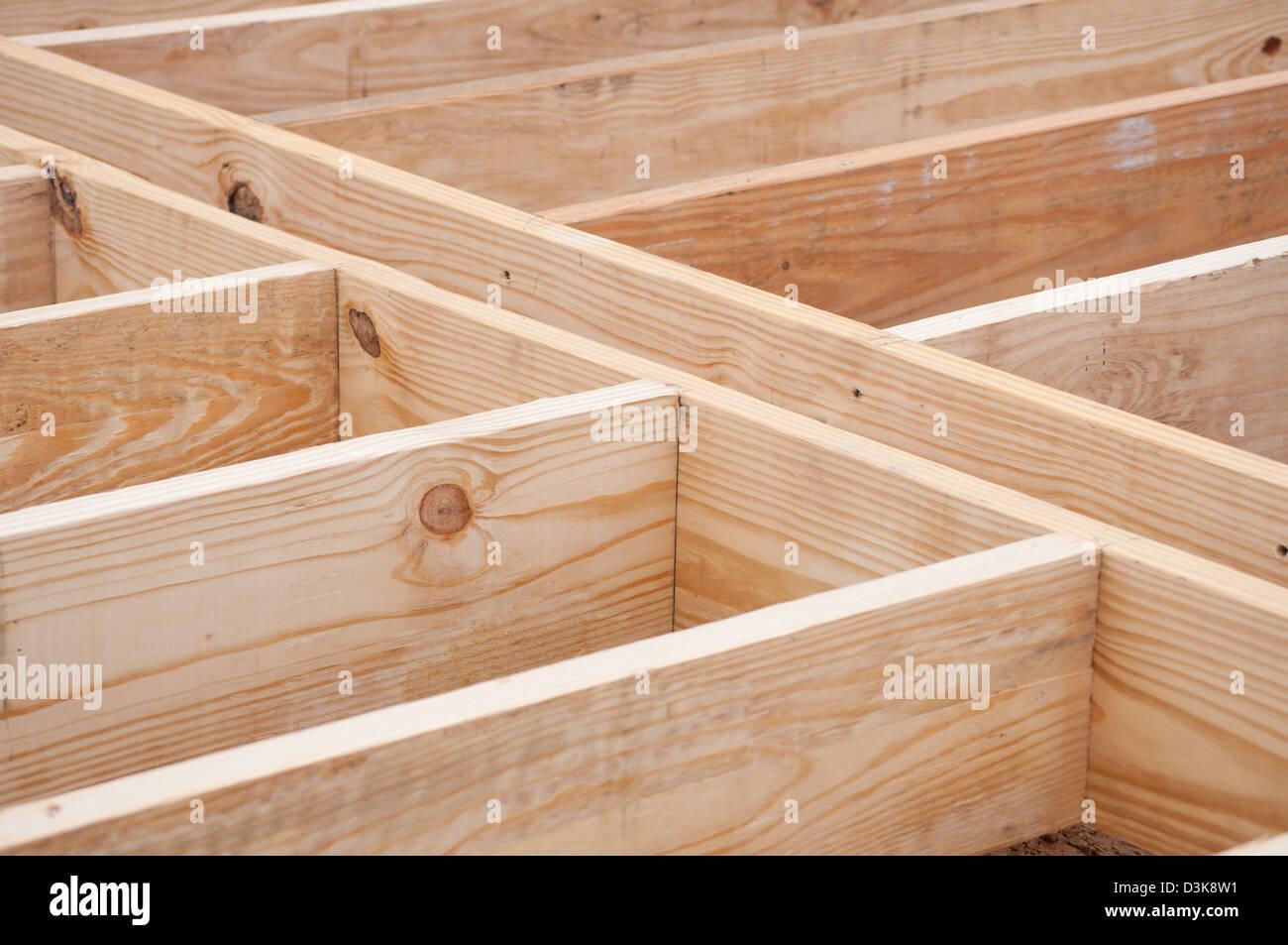 Travetti di pavimento fatto di legname sul sito in costruzione Immagini Stock