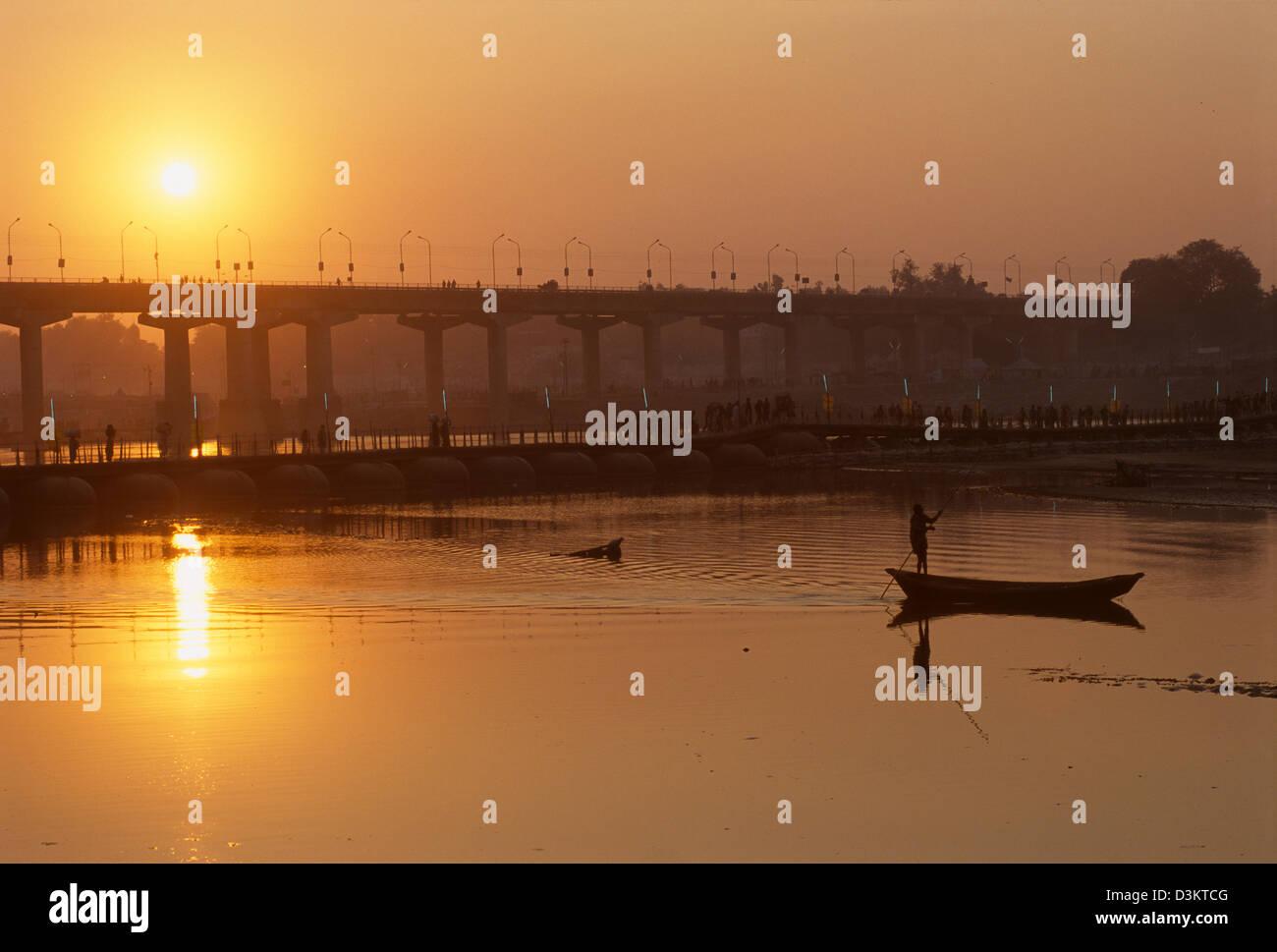 Imbarcazione essendo polarizzate passato la Grand Trunk Road bridge al tramonto, Maha Kumbh Mela 2001, Allahabad, Uttar Pradesh, India Foto Stock