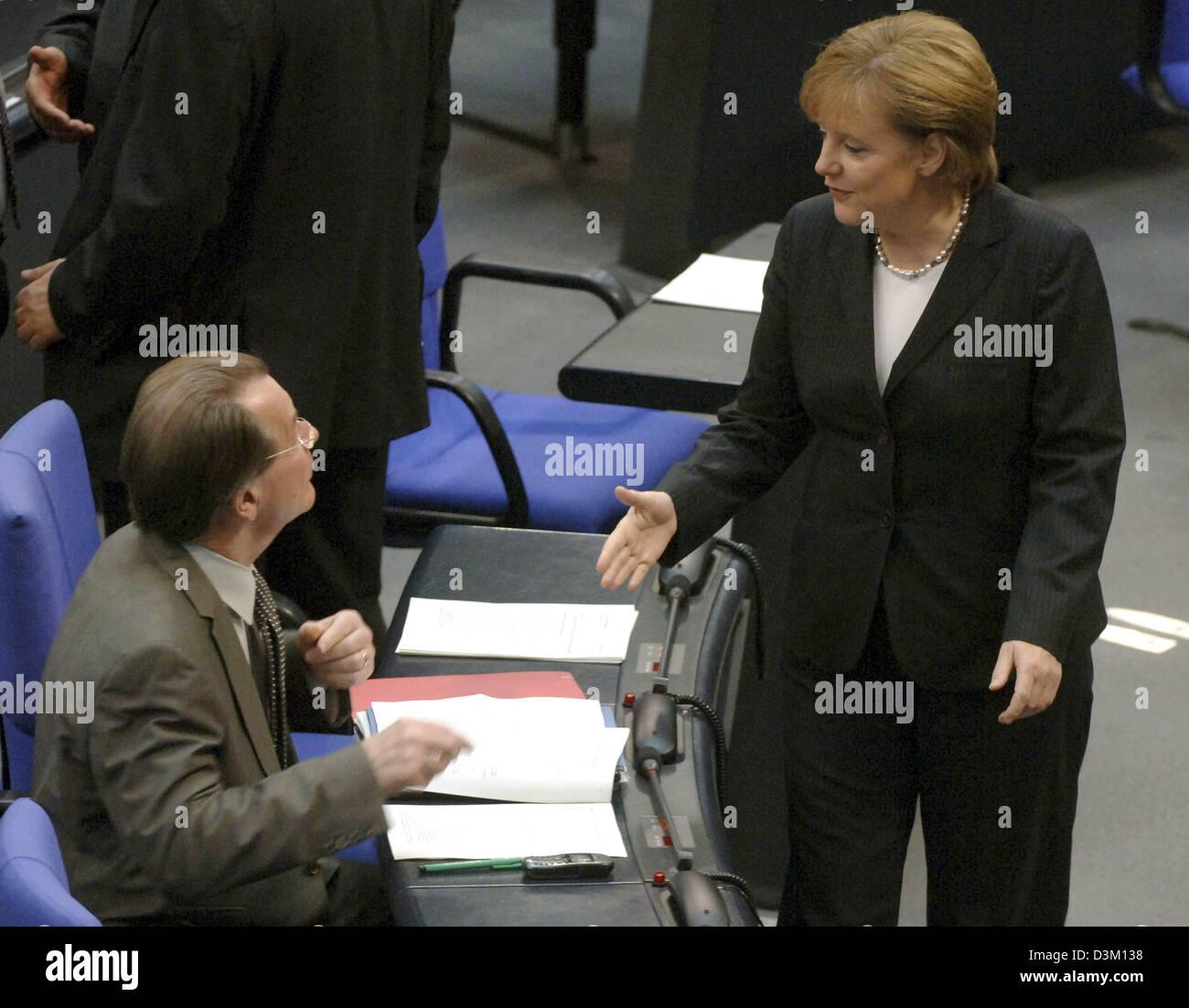 (Dpa) - Angela Merkel (R) leader della Germania cristiano conservatore Unione Democratica (CDU) parla di Franz Muentefering, leader dei socialdemocratici (SPD) davanti alla prima sessione del nuovo eletto Bundestag tedesco del parlamento Reichstag di Berlino, Martedì, 18 ottobre 2005. Il nuovo Bundestag ha incontrato martedì per la prima volta dopo le elezioni generali di votare un nuovo parl Foto Stock