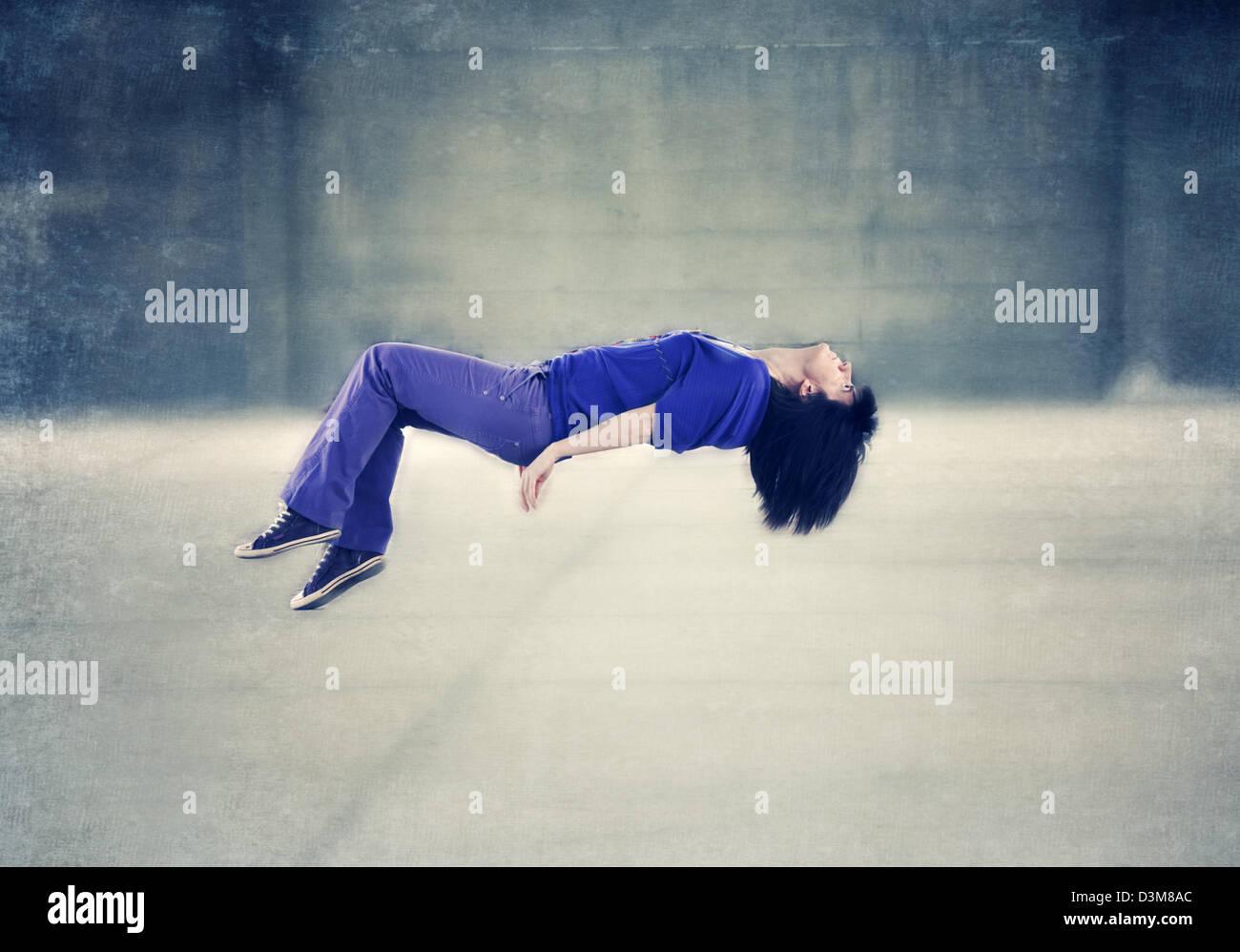 La donna la levitazione Immagini Stock