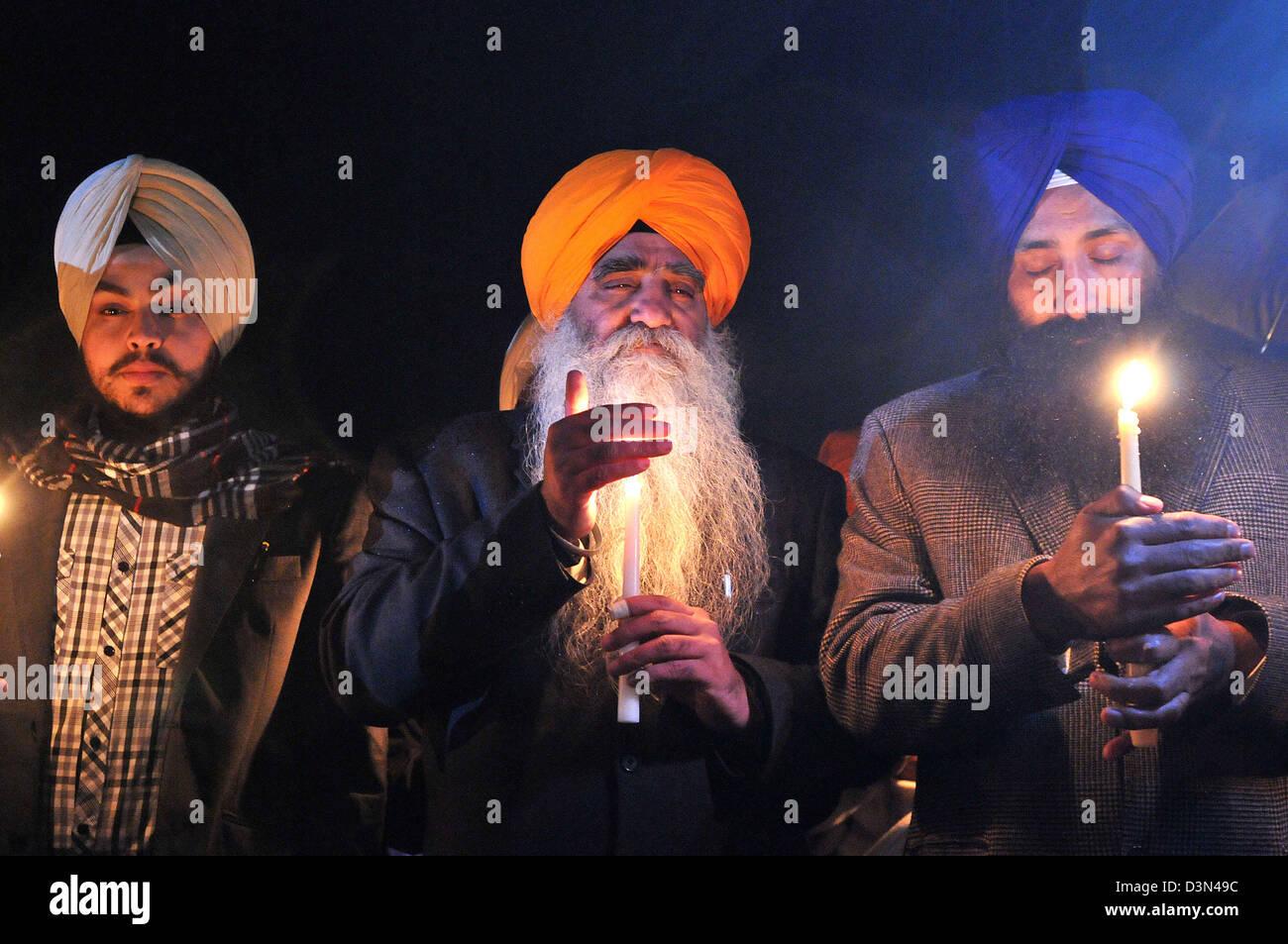 Un gruppo di persone in lutto Sikh Tenere candele per le vittime del Sandy Hook riprese spree a Newtown High School Immagini Stock