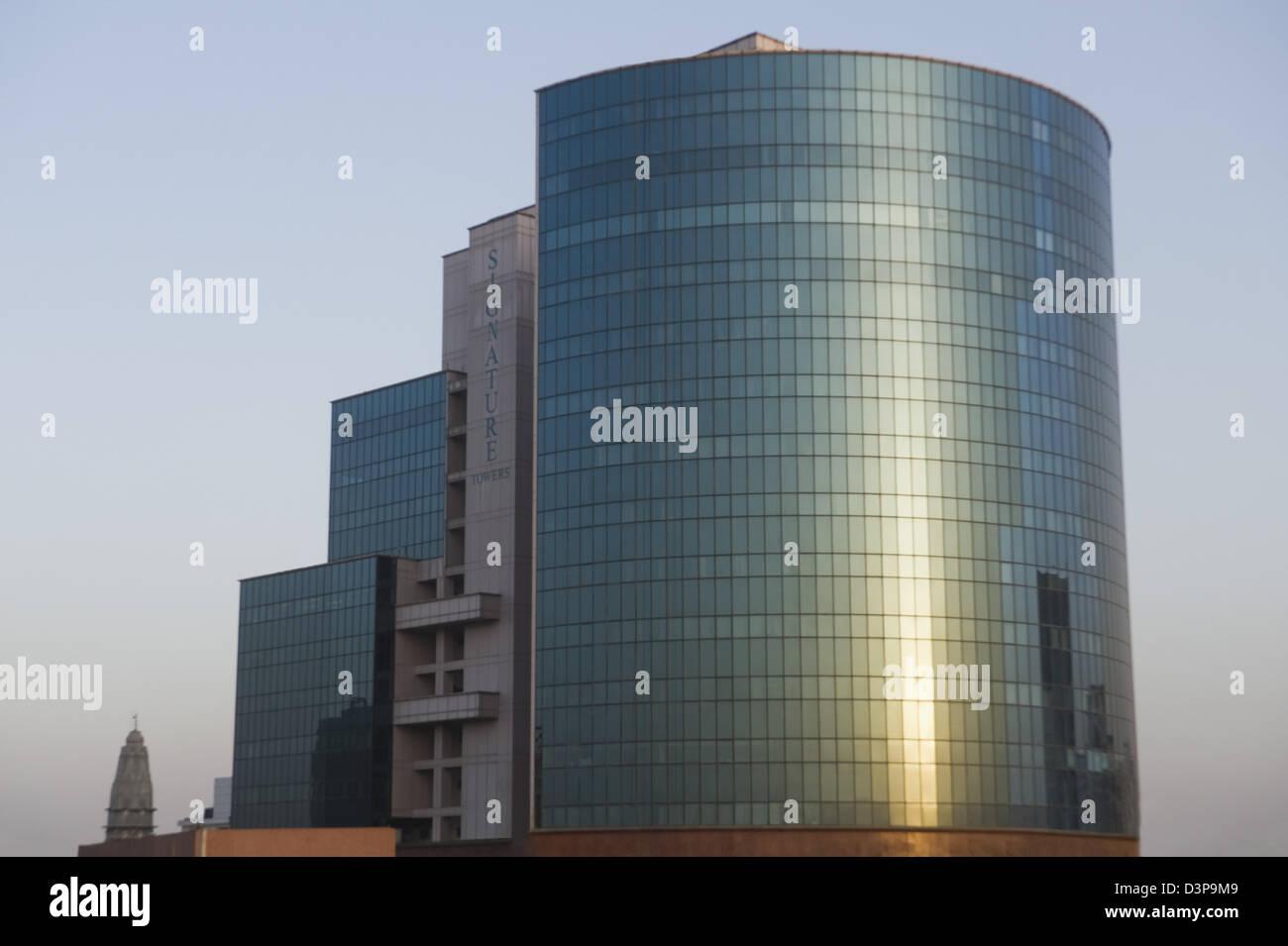Sun riflettendo sul vetro di un edificio per uffici, firma torri, Gurgaon, Haryana, India Immagini Stock