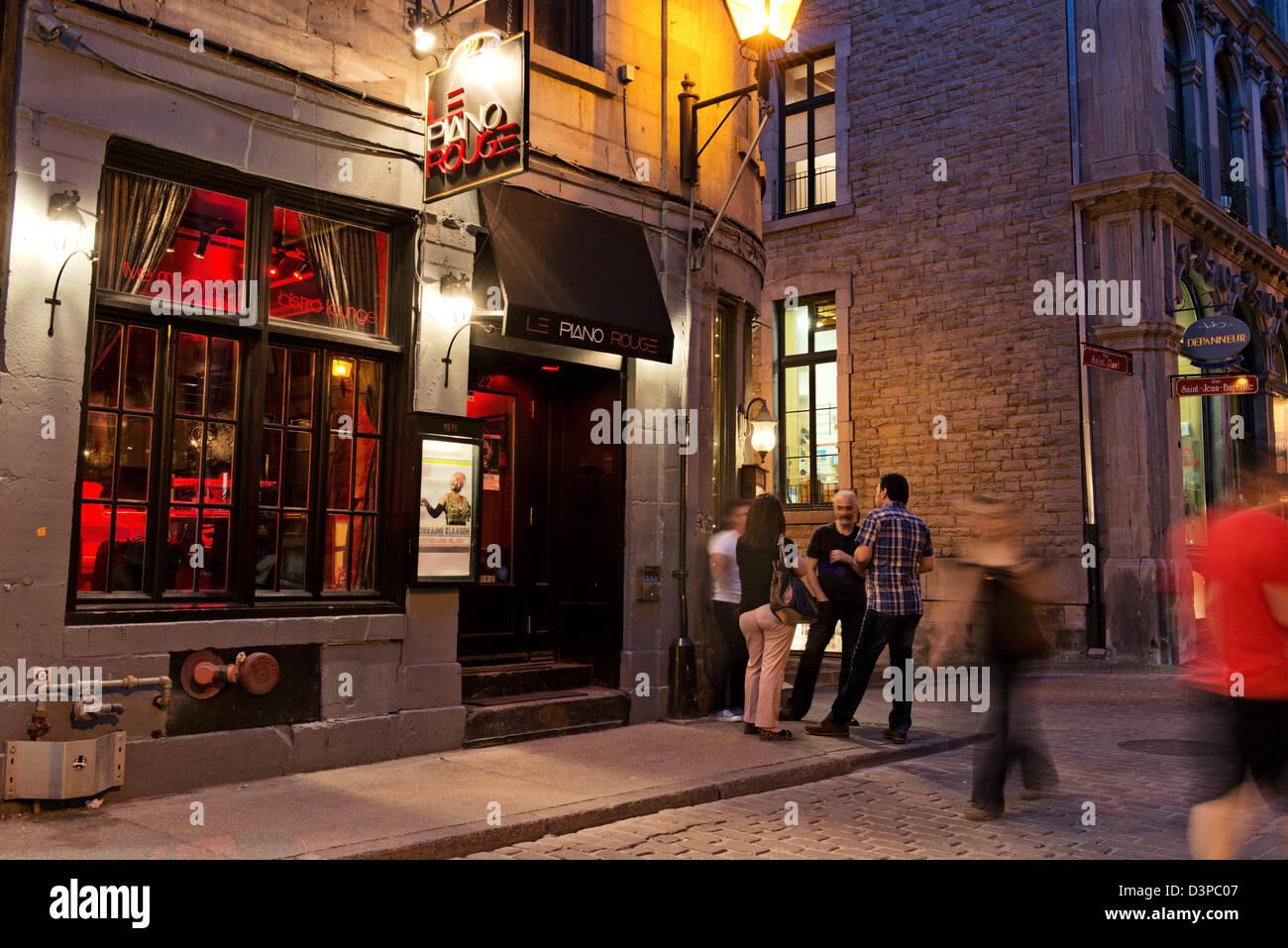 Turisti che si godono la Rue Saint Paul Street nel quartiere della Vecchia Montreal, Montreal, Quebec, Canada Immagini Stock