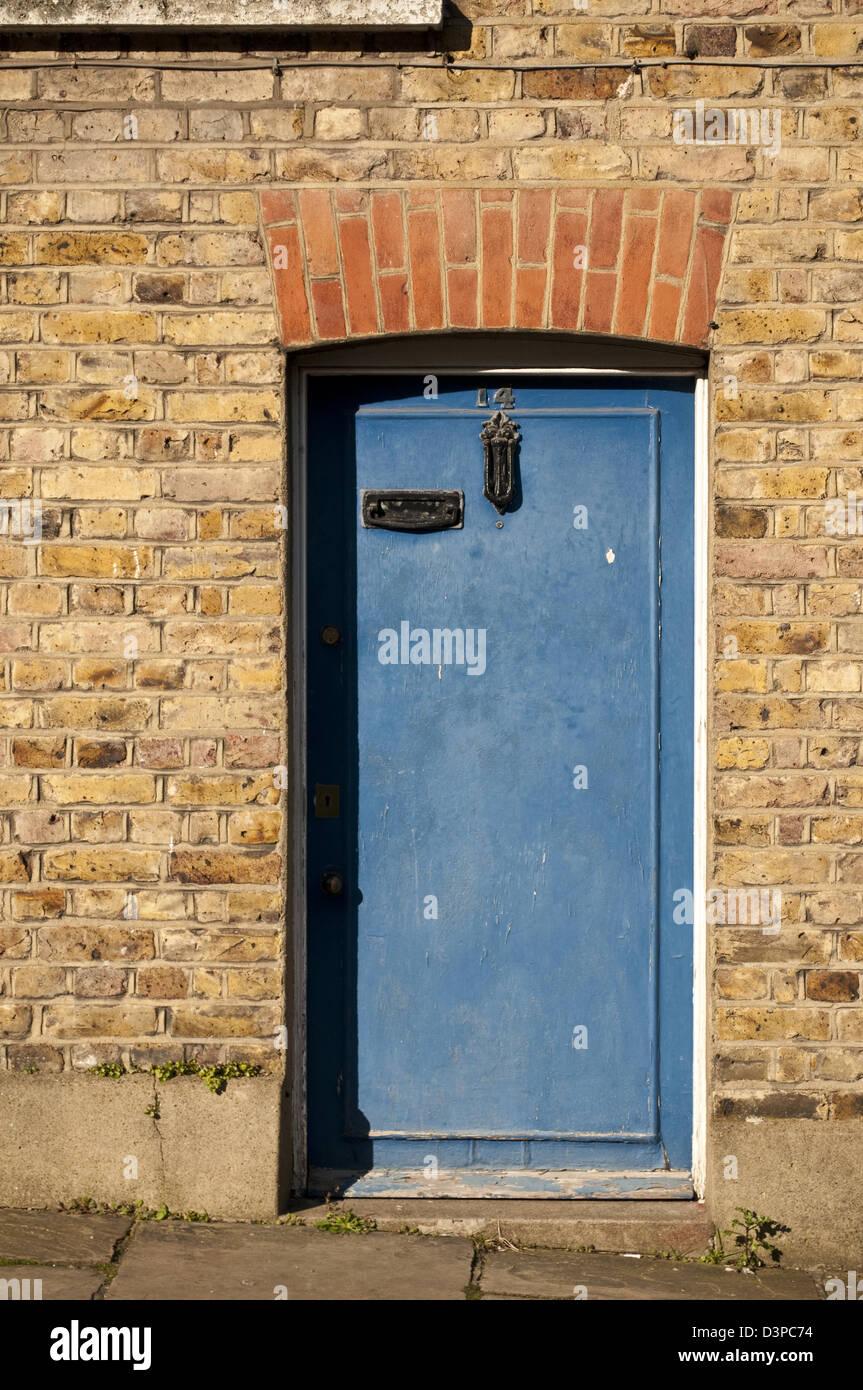 Vecchia porta blu, town house, Hampstead, London, Regno Unito Immagini Stock