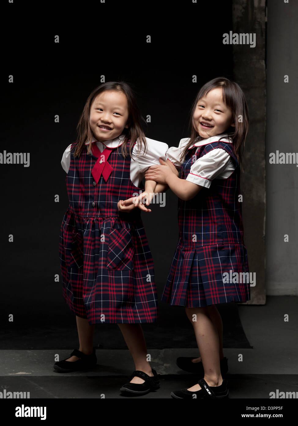 Giovani asiatici gemelli ballare ed eseguendo la ginnastica. Foto Stock